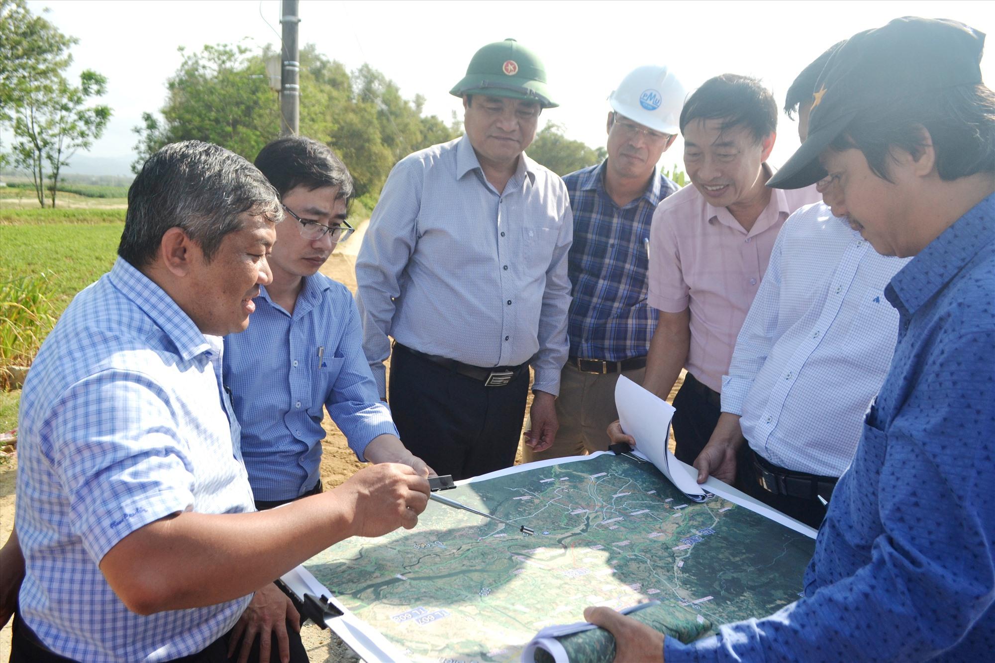 Khảo sát vị trí dự kiến đầu tư cầu Văn Ly và đường dẫn. Ảnh: CT