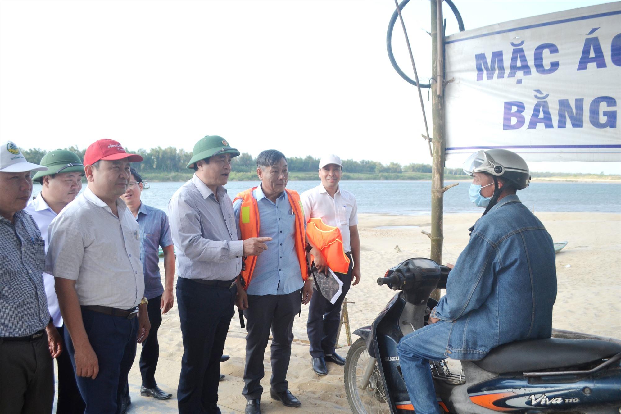 Bí thư Tỉnh ủy Phan Việt Cường nói chuyện với người dân đi đò ngang Duy Tân-Phú Thuận. Ảnh: CT