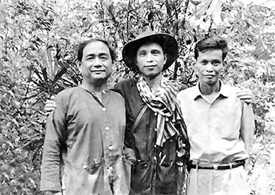 Nhà văn Nguyễn Văn Bổng (giữa) thời kỳ ở chiến trường miền Nam. Ảnh: Tư liệu