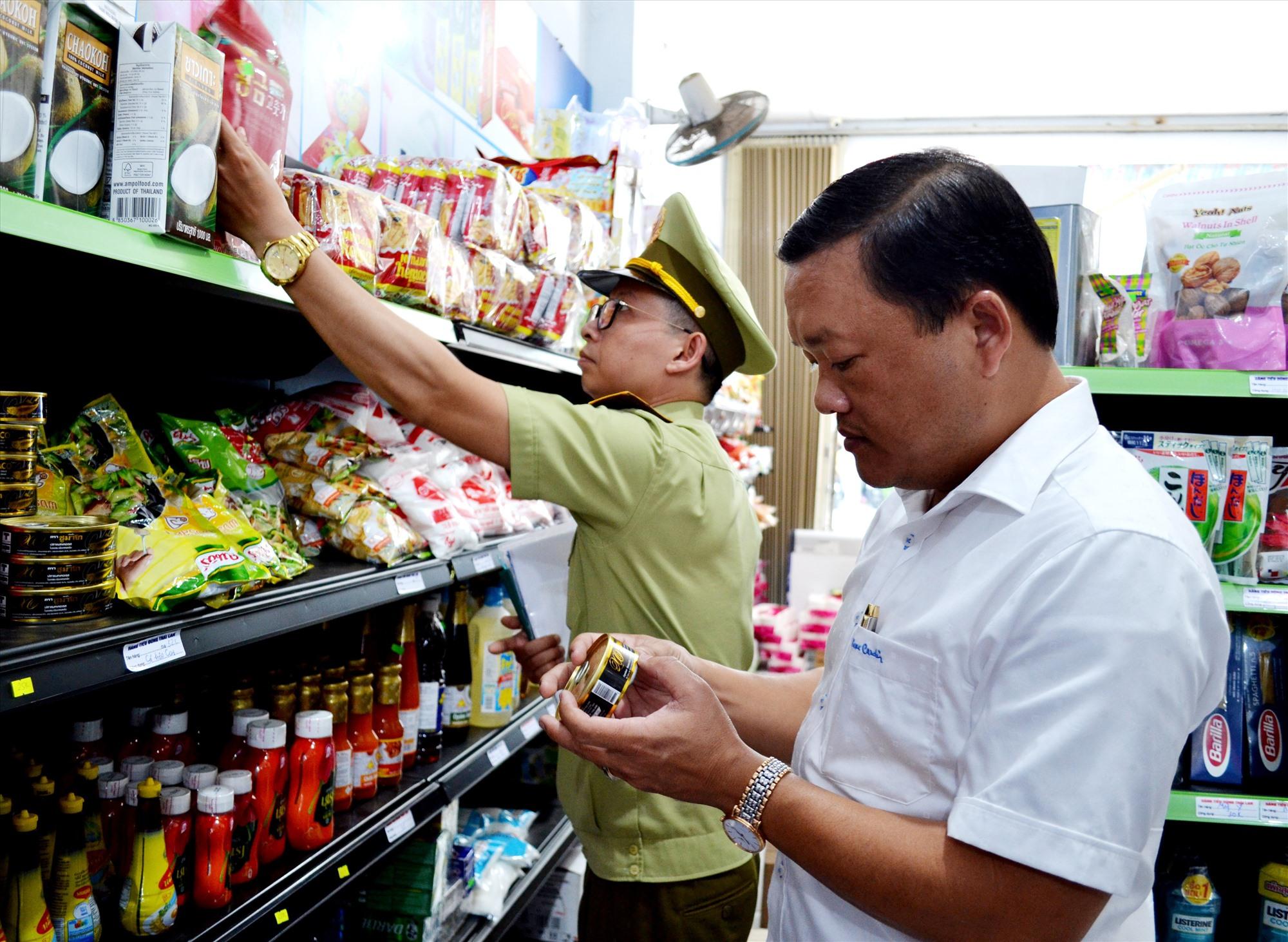 Ngành chức năng kiểm tra, kiểm soát thị trường để bảo vệ người tiêu dùng. Ảnh: VIỆT NGUYỄN