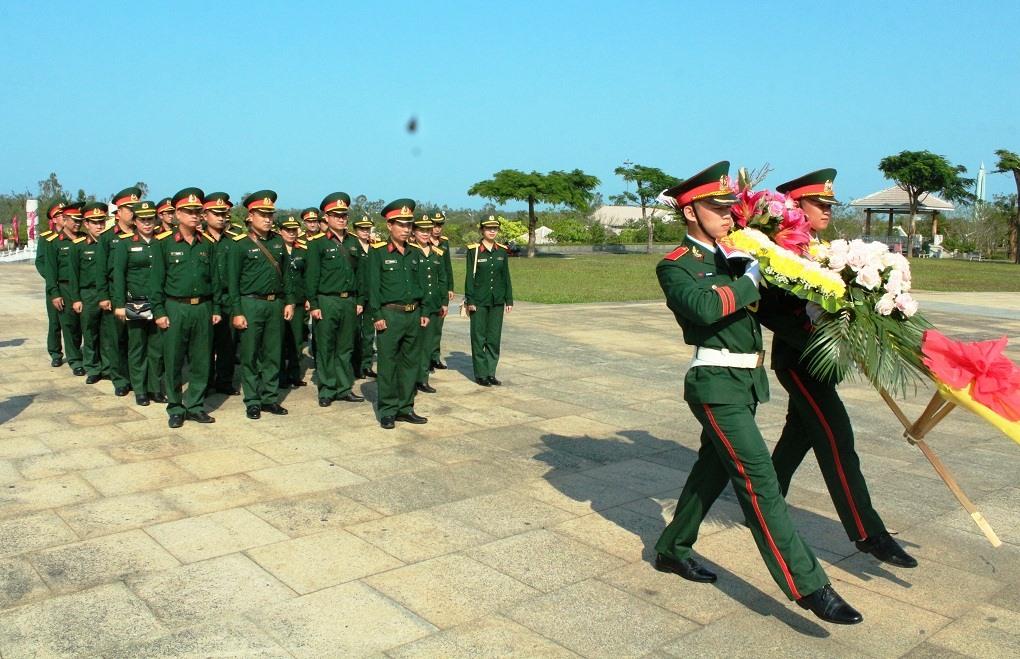 Dâng hoa Tượng đài Mẹ Việt Nam anh hùng.