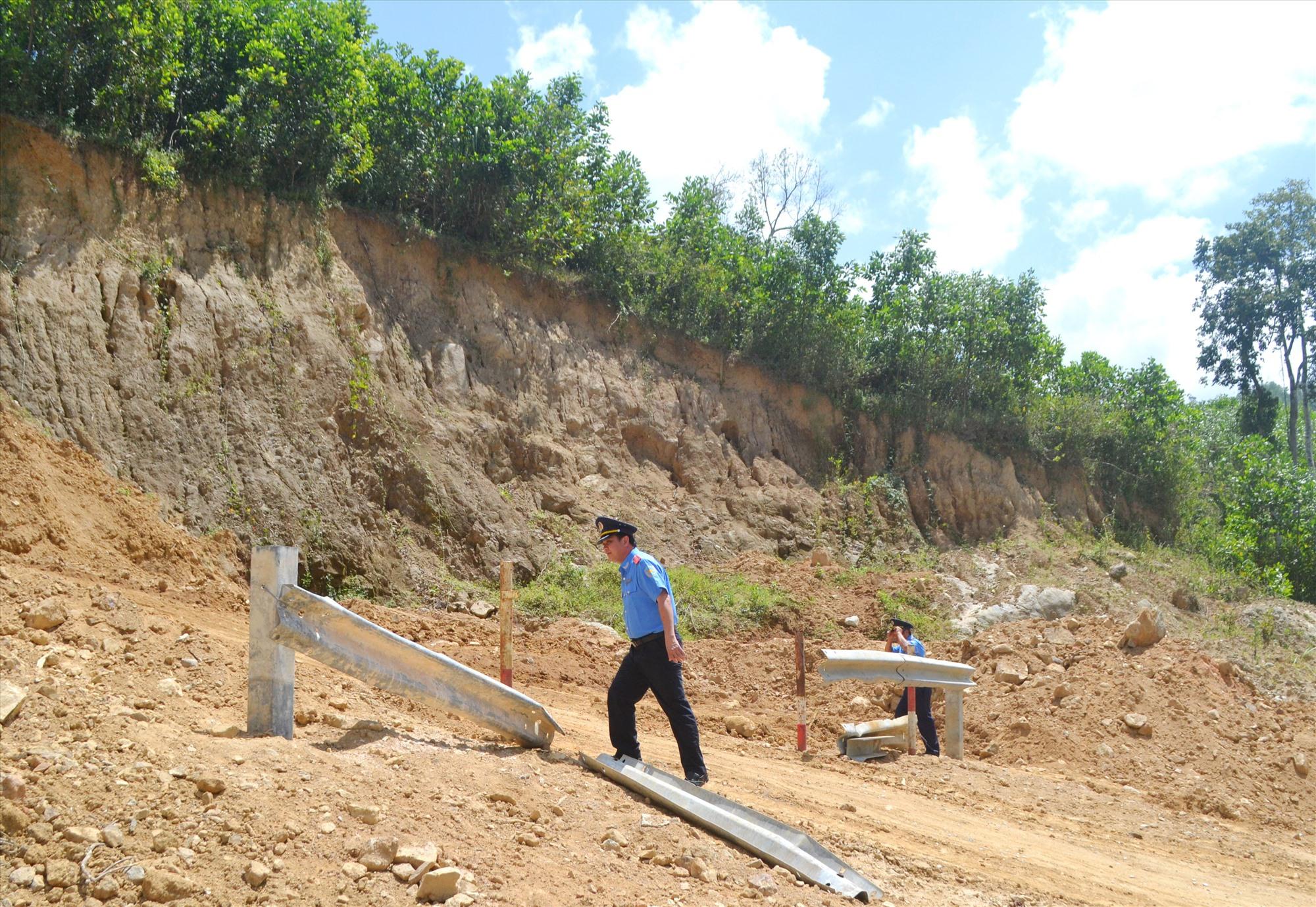 Rào chắn tại điểm vi phạm hành lang an toàn đường bộ trên tuyến quốc lộ 14B qua thôn 1 xã Trà Don (Nam Trà My) bị tháo dỡ. Ảnh: C.Tú