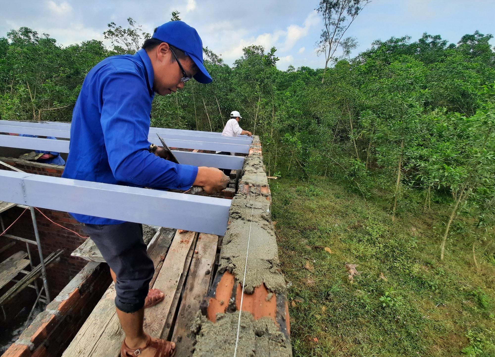 Các đoàn viên, thanh niên có kinh nghiệm trong việc xây nhà đã tham gia hỗ trợ bằng ngày công không lương. Ảnh: HỒ QUÂN