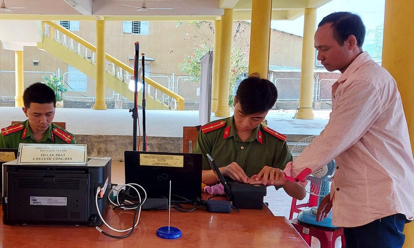 Làm CCCD lưu động cho người dân xã Trà Mai. Ảnh: V.T