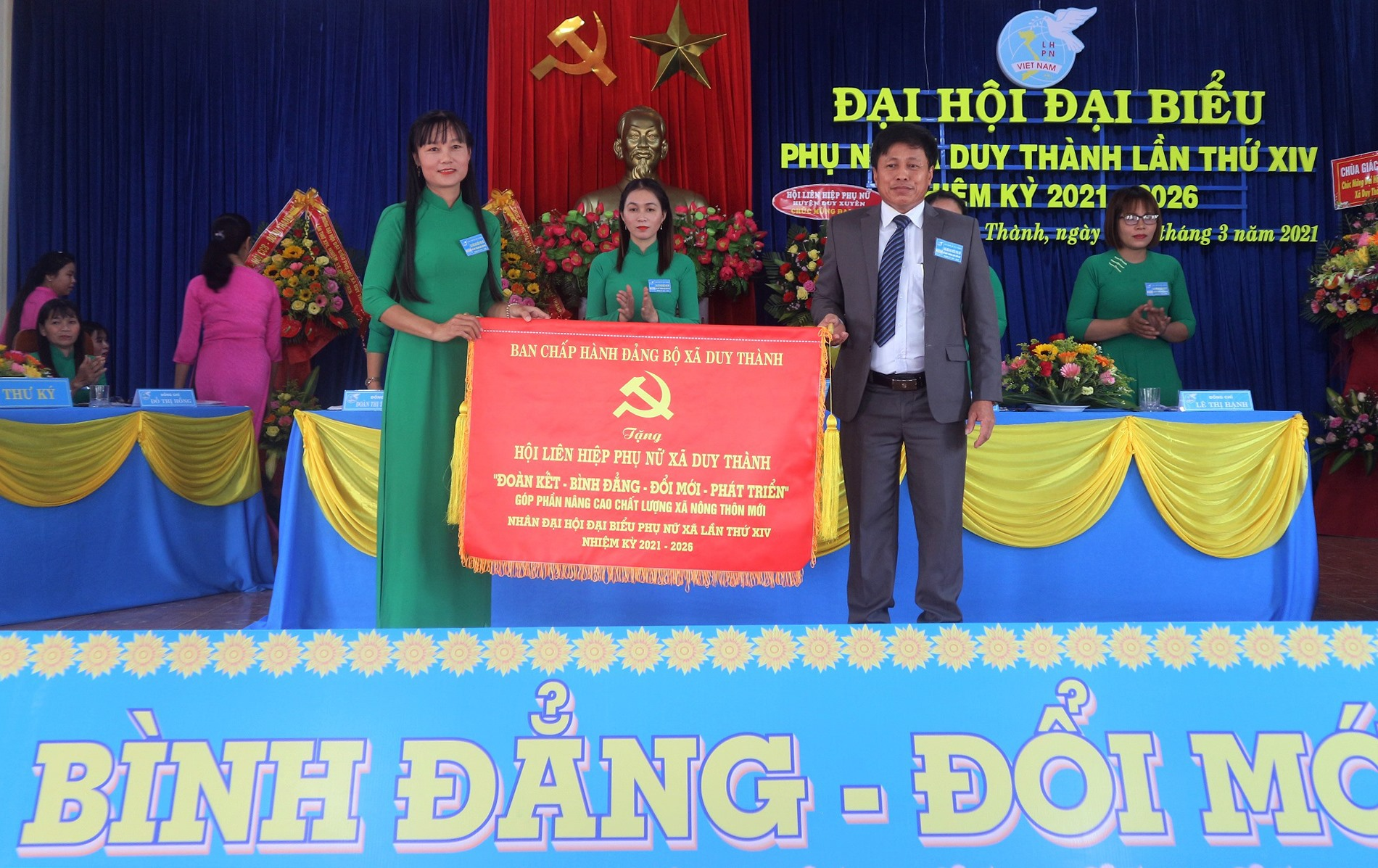 Đảng ủy xã Duy Thành tặng Hội LHPN xã bức trướng chúc mừng đại hội.