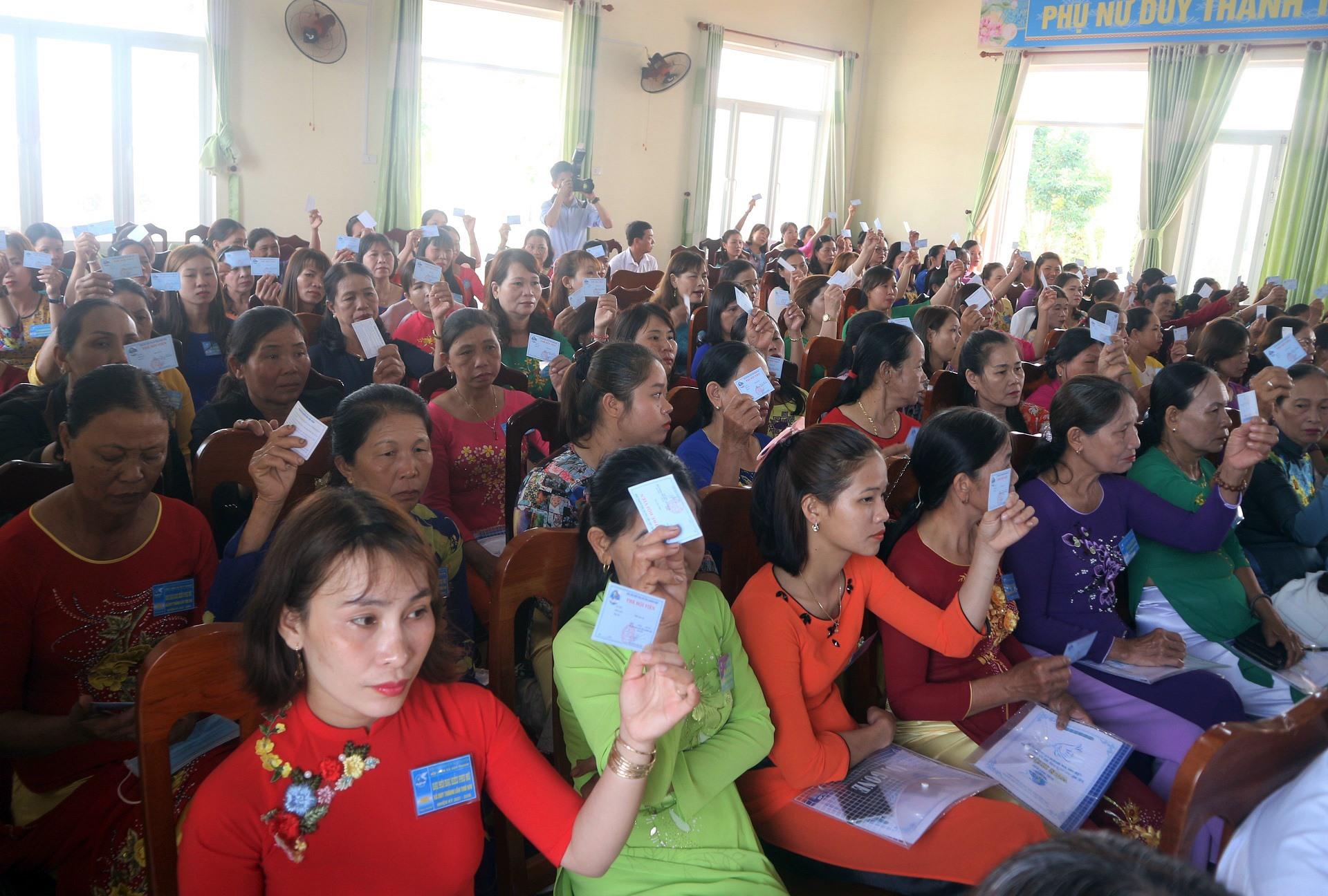Đại biểu hội viên phụ nữ xã Duy Thành biểu quyết bầu ban chấp hành Hội LHPN xã, nhiệm kỳ 2021 - 2026.