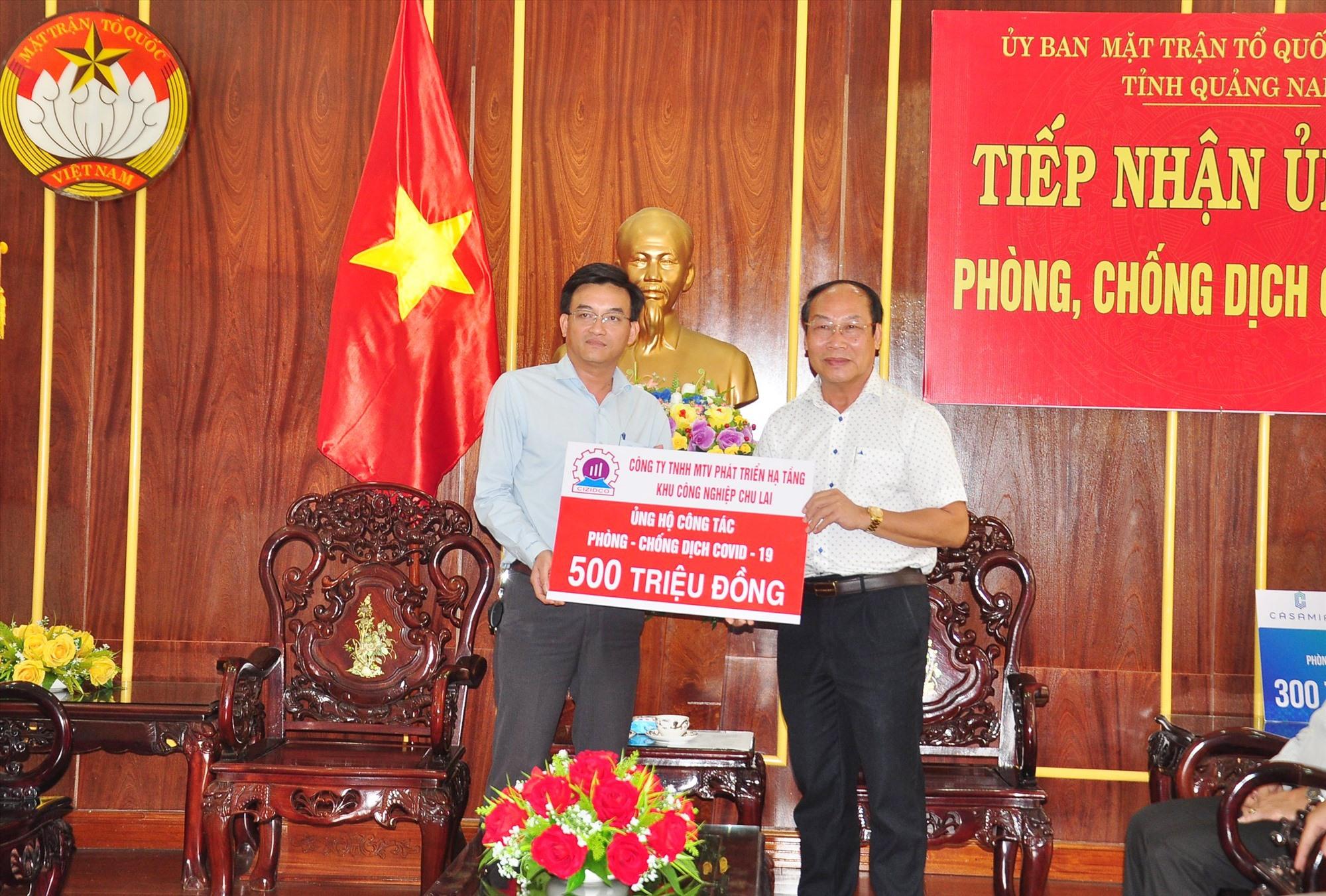Ông Vũ Hồng Nhân- Giám đốc CIZIDCO trao biểu trưng ủng hộ 500 triệu đồng cho lãnh đạo Ủy ban MTTQ Việt Nam tỉnh góp sức phòng chống dịch Covid-19 năm 2020. Ảnh: N.T.B