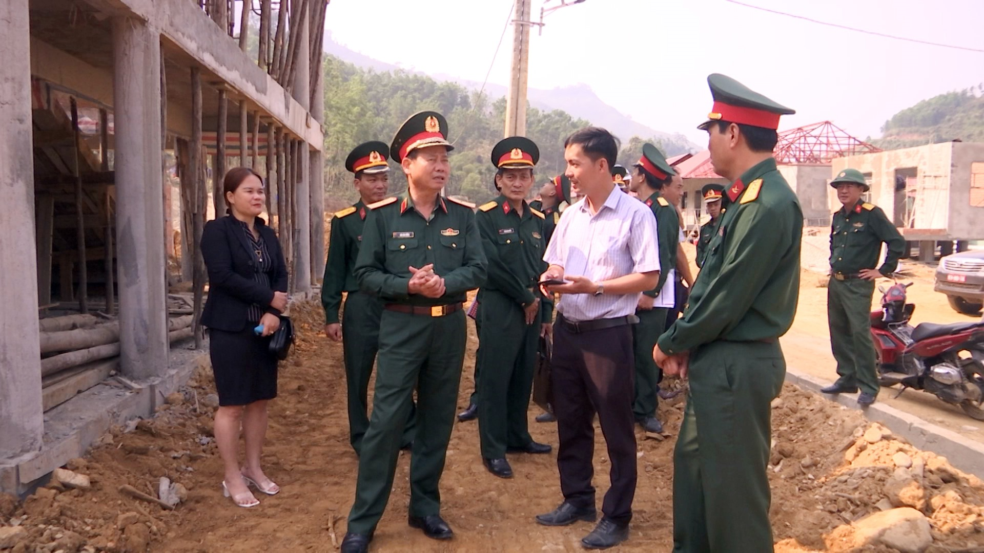 Thiếu tướng Hứa Văn Tưởng làm việc tại Trà Leng.