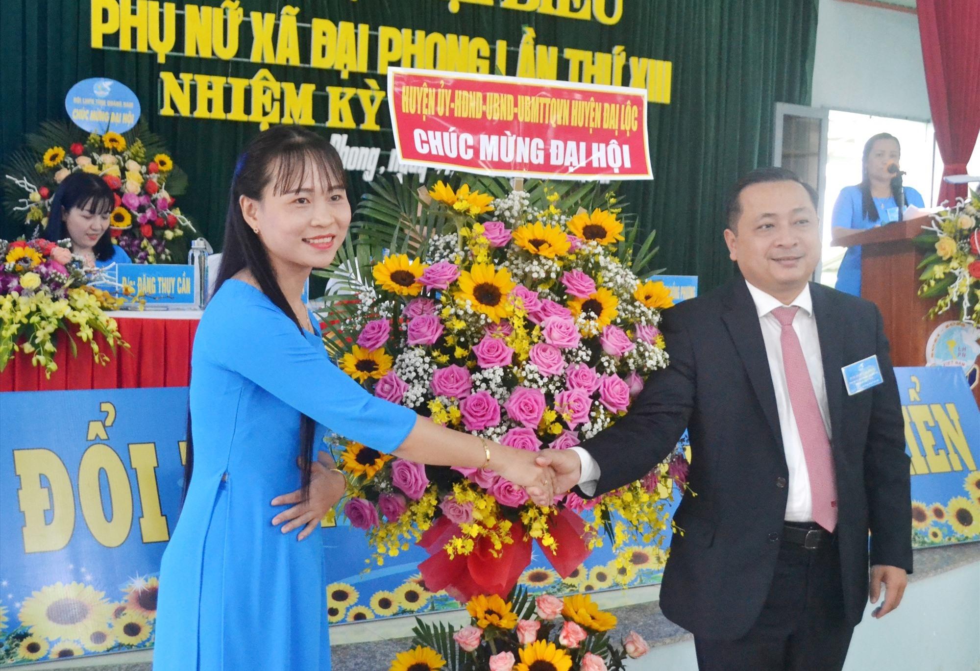 Bí thư Huyện ủy Đại Lộc-ông Nguyễn Hảo tặng hoa chúc mừng đại hội. Ảnh: KK