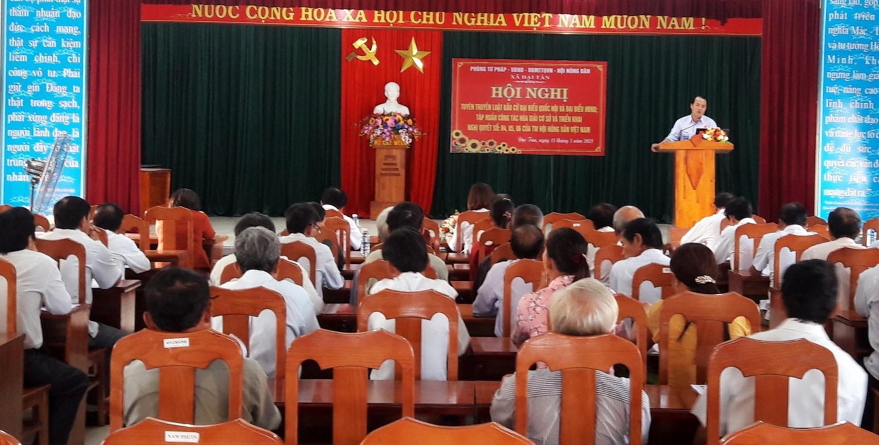 Phòng Tư pháp Đại Lộc tuyên truyền pháp luật bầu cử ở cơ sở. Ảnh: C.N