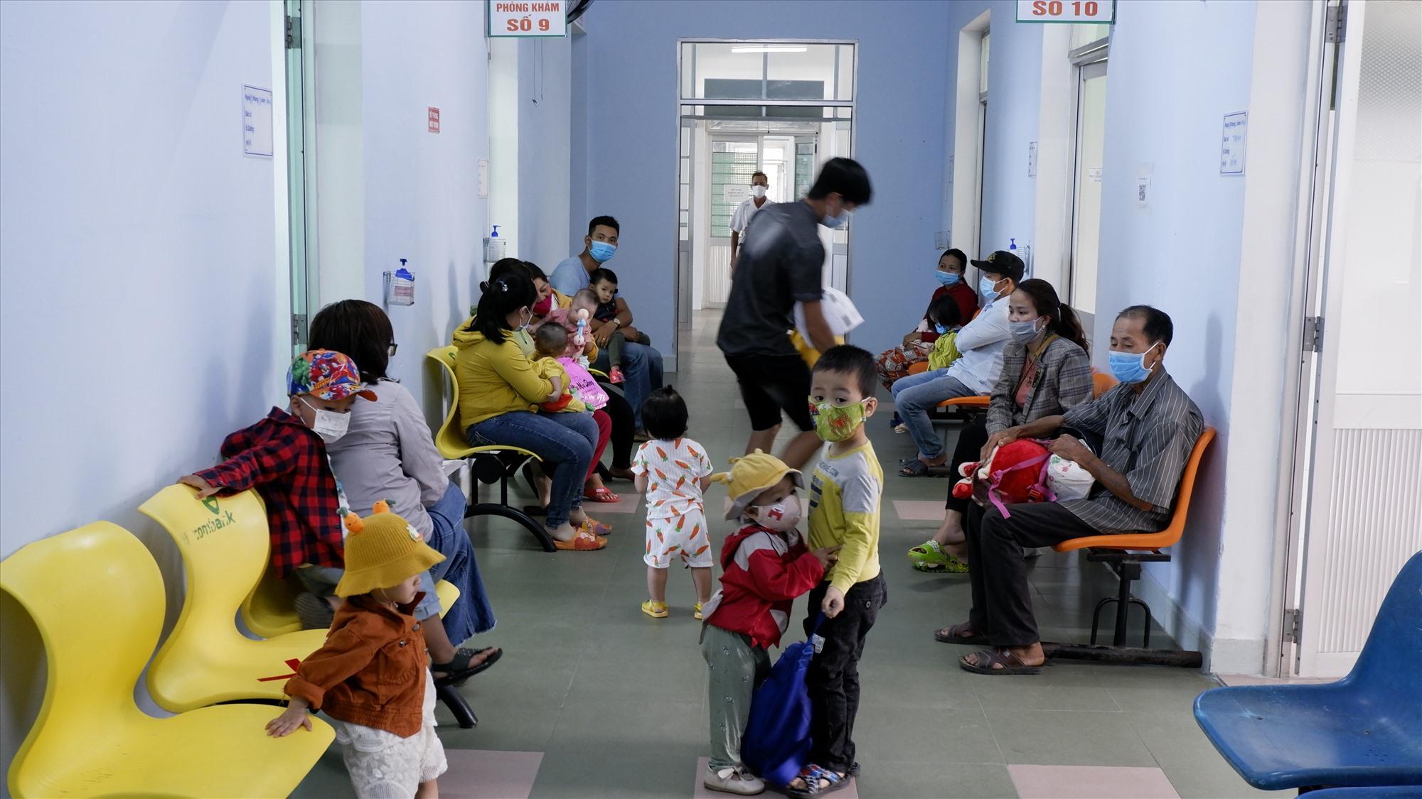 Số bệnh nhi nhập viện vì bệnh tay chân miệng tại Quảng Nam đang tăng lên. Ảnh: XUÂN HIỀN