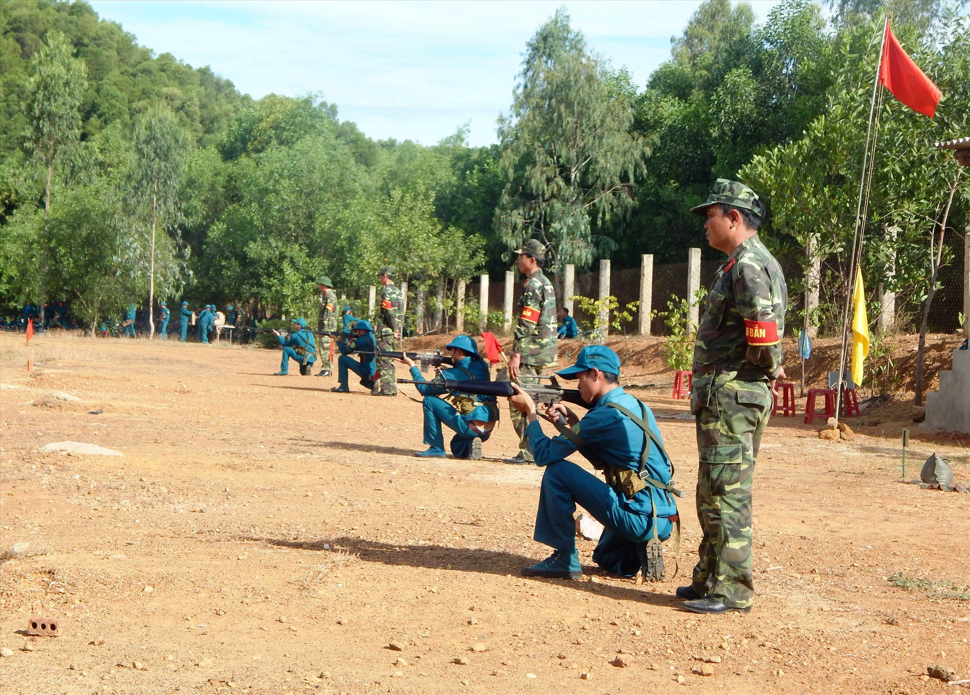 Huấn luyện bắn súng cho lực lượng dân quân năm nhất. Ảnh: VÕ LY