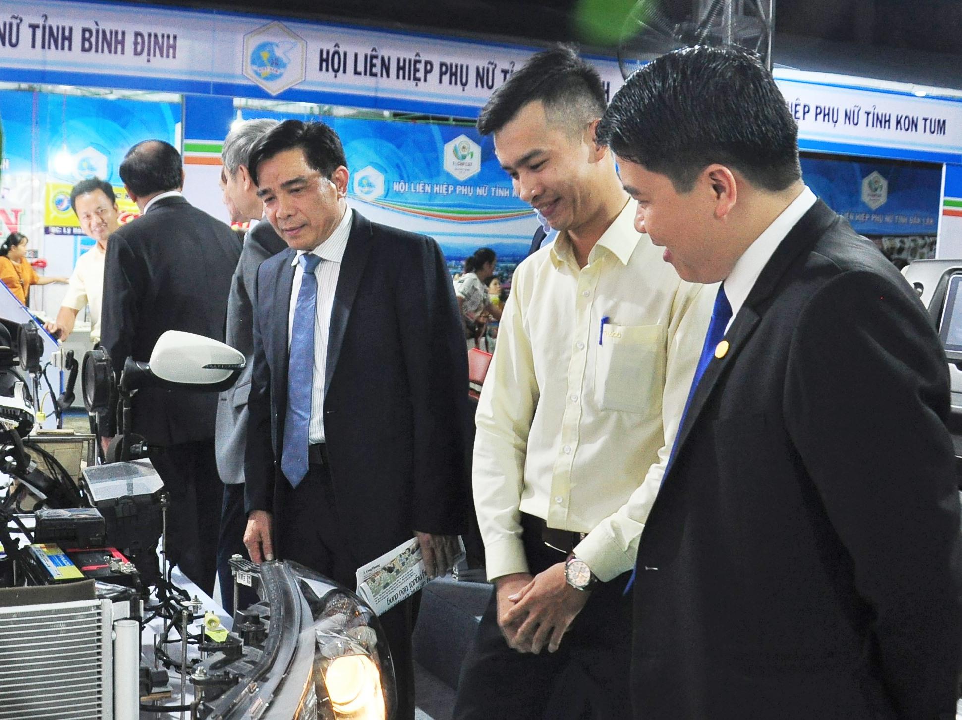 Đại biểu tham quan các gian trưng bày tại sự kiện TechFest Quang Nam 2019. Ảnh: V.A