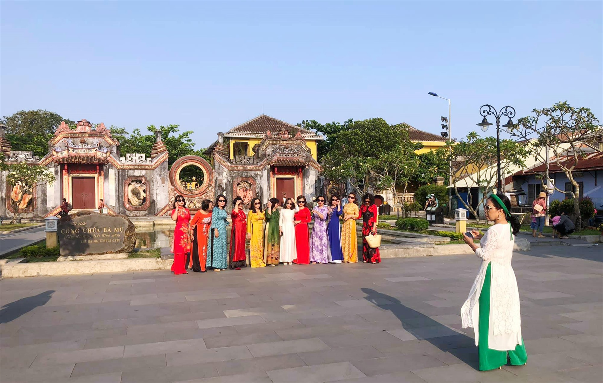 Tam quan Chùa Bà Mụ là nơi du khách thích chụp hình lưu niệm.
