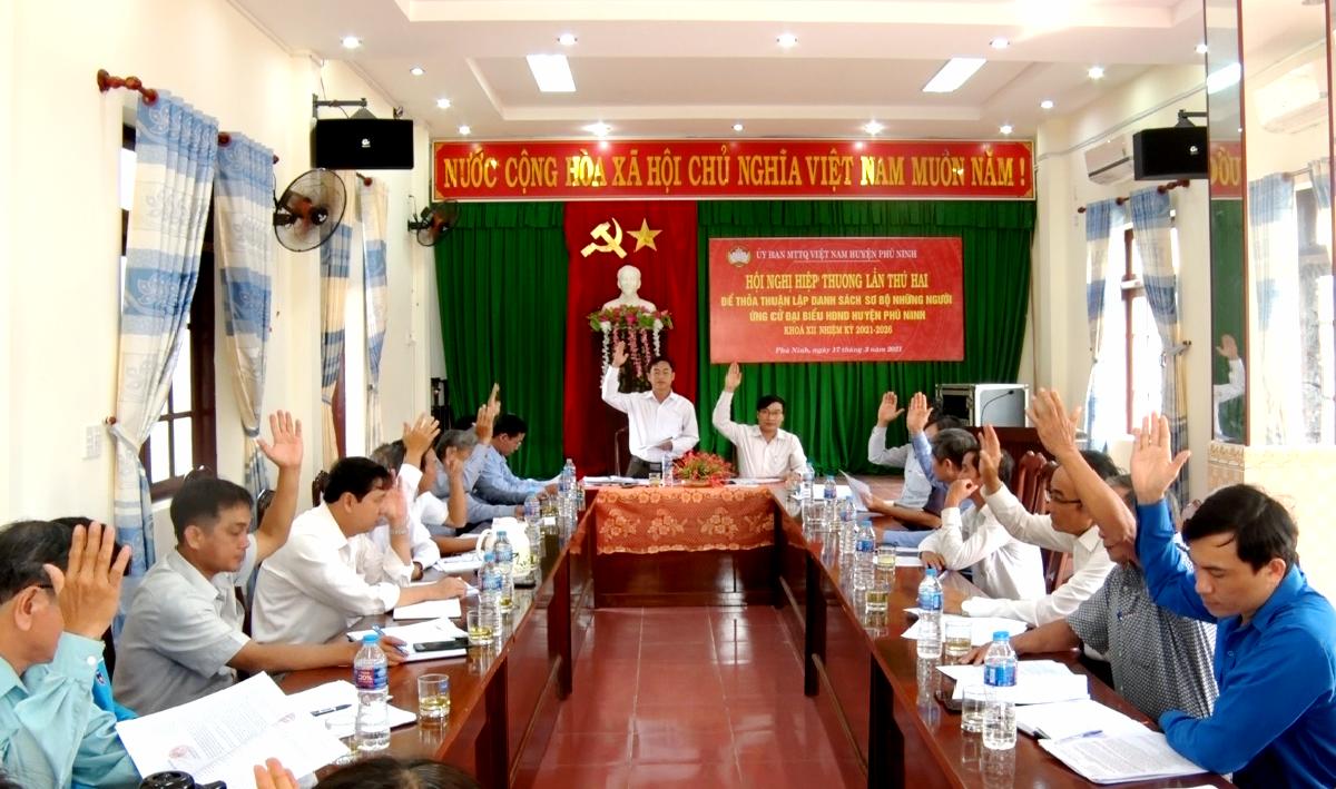 Biểu quyết bằng hình thức dơ tay thông qua danh sách sơ bộ người ứng cử đại biểu HĐND huyện Phú Ninh khóa XII. Ảnh: Q.V