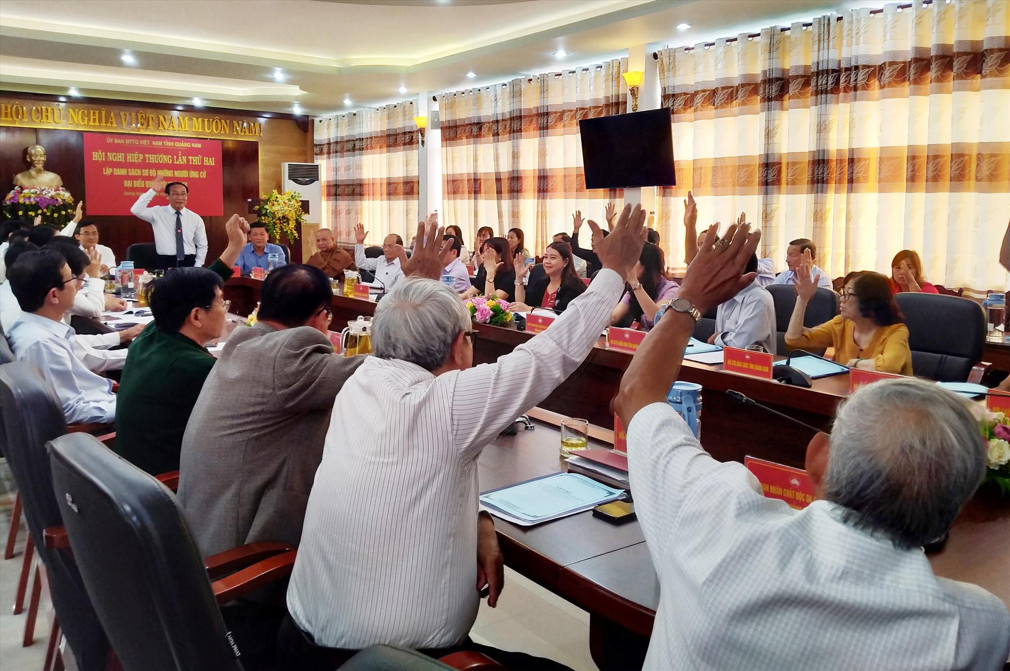 Ban Thường trực Ủy ban MTTQ Việt Nam tỉnh tổ chức hội nghị hiệp thương lần hai thống nhất lập danh sách sơ bộ những người ứng cử ĐBQH khóa XV và đại biểu HĐND tỉnh khóa X. Ảnh: ĐOAN VINH