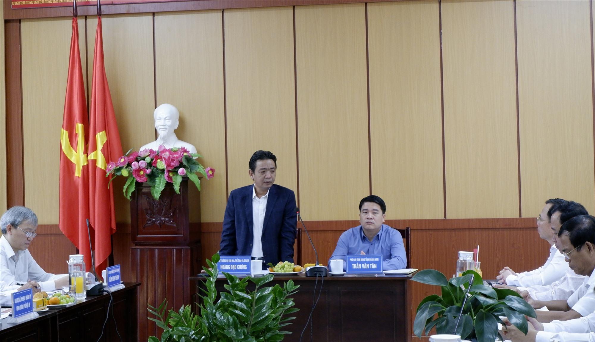Thứ trưởng Hoàng Đạo Cương và Phó Chủ tịch UBND tỉnh Trần Văn Tân chủ trì buổi làm việc về các vấn đề của di sản tại Quảng Nam, trong đó nhấn mạnh tính cấp thiết phải trùng tu Chùa Cầu. Ảnh: L.Q