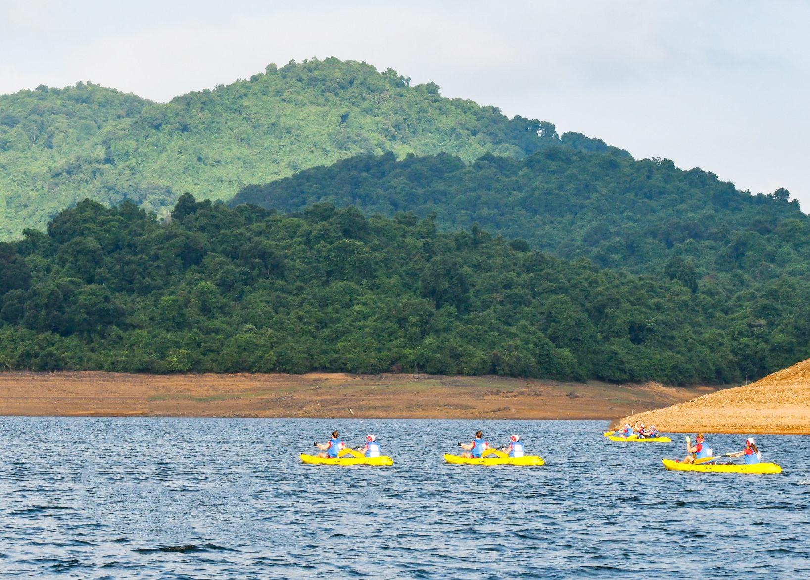 Chèo thuyền Kayah trên hồ Phú Ninh. Ảnh: P.Q