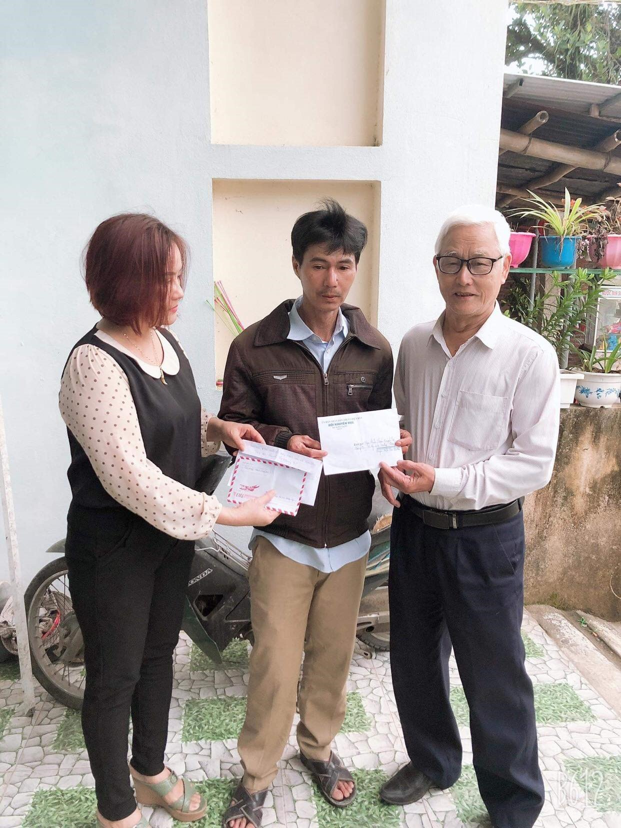 Hội Khuyến học xã Điện Thọ và giáo viên trường THCS Phan Thúc Duyện hỗ trợ học sinh mắc bệnh hiểm nghèo. Ảnh: N.Trang