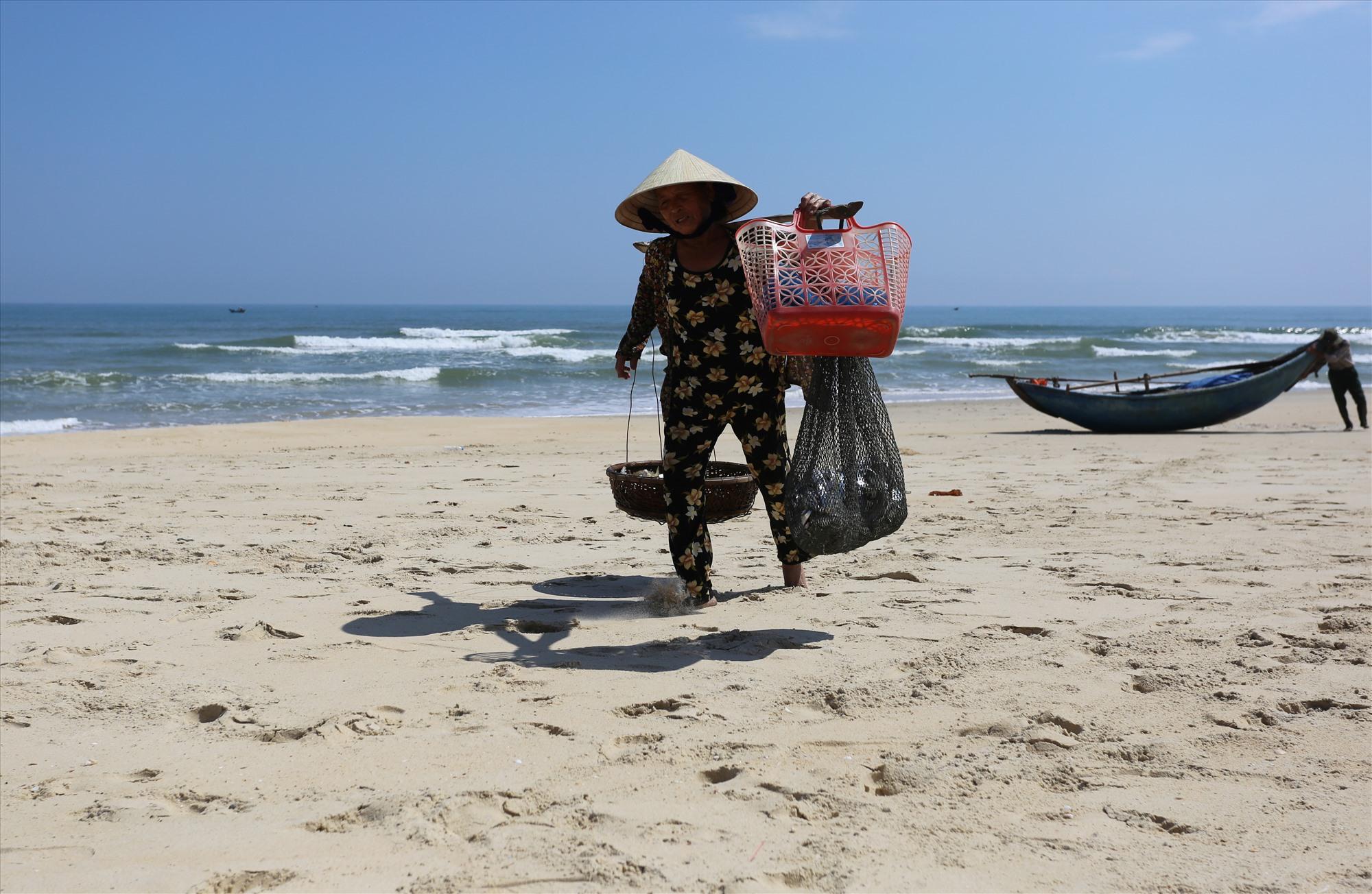 Sau khi gỡ cá từ lưới, ngư dân đưa xuống biển rửa sạch và gánh về nhà. Cá lớn, không bị trầy xước được đem đi bán