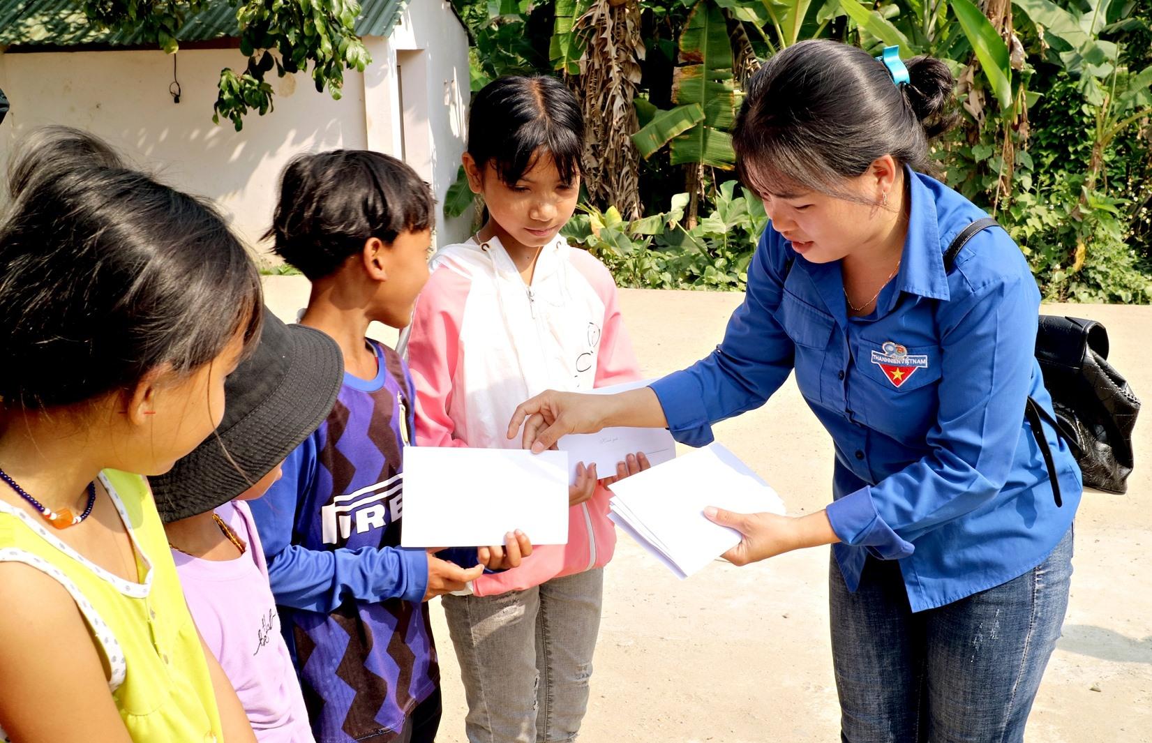 Chi đoàn Báo Quảng Nam tặng quà