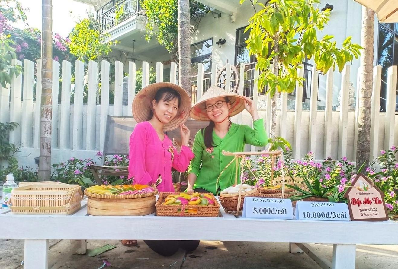 Chị Trần Thị Phượng (bên phải) rẽ hướng khởi nghiệp với nghề làm bánh da lợn. Ảnh: N.Trang