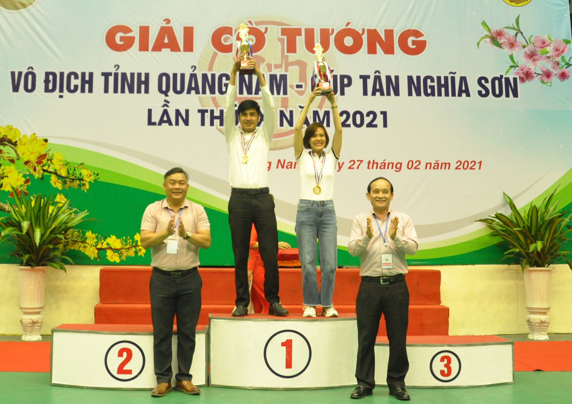 Trao cúp vô địch giải cờ tướng tỉnh cho Trần Hữu Thạnh và Đinh Thị Kim Hằng. Ảnh: T.V