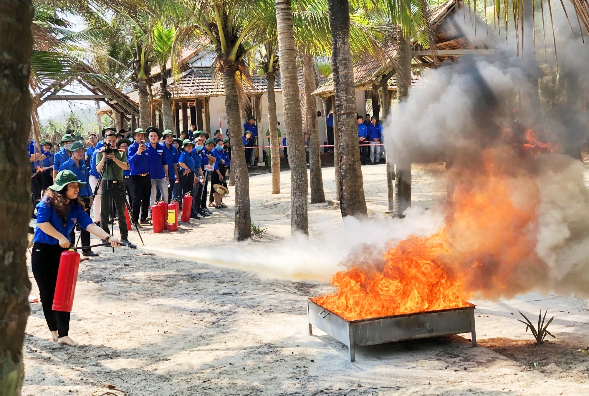 Đoàn viên tham gia thi thực hành kỹ năng phòng cháy chữa cháy.