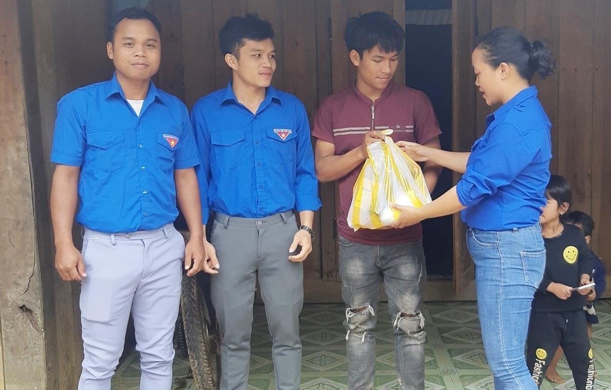 Coor Thị Phước cùng ĐVTN kịp thời thăm tặng quà ĐVTN khó khăn