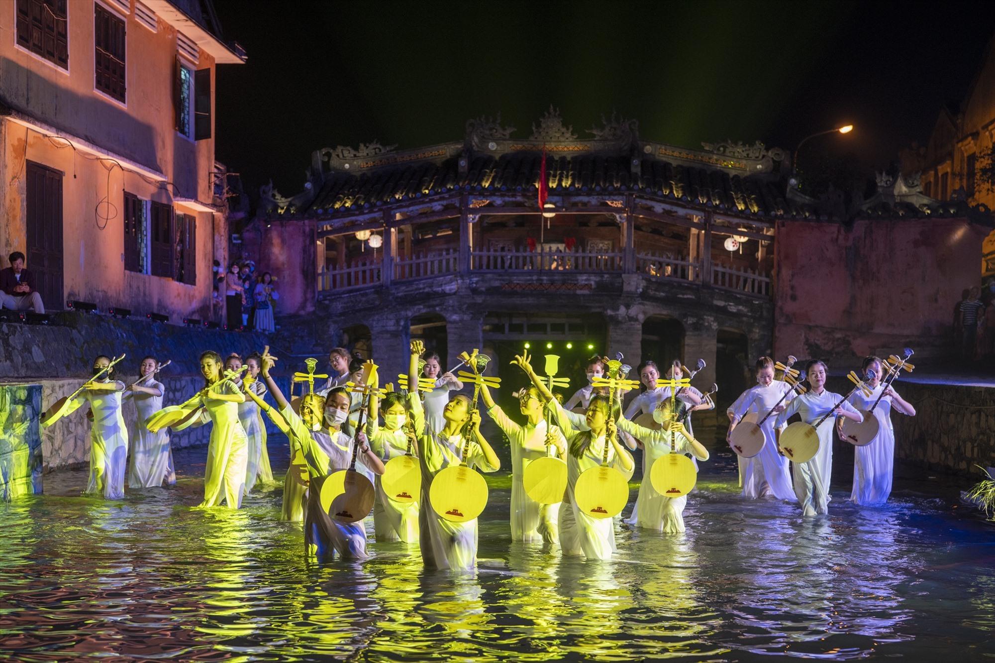 An unique performance serving tourists to Hoi An city
