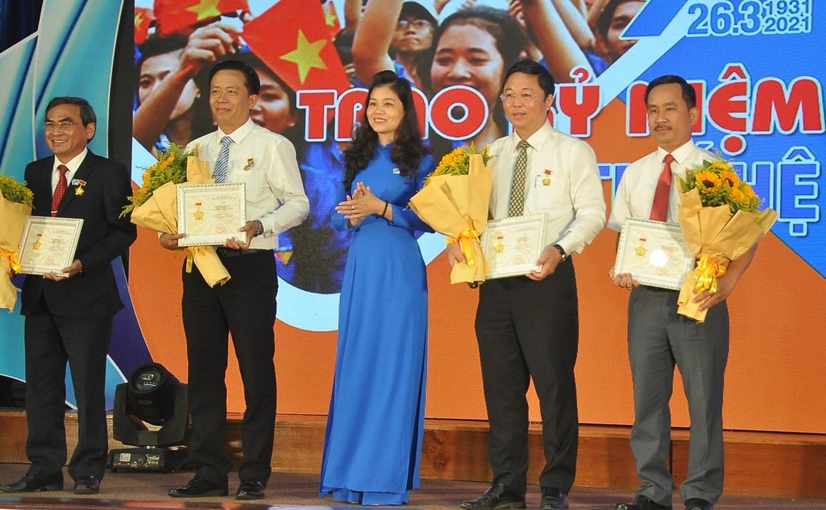 Thừa ủy quyền của Trung ương Đoàn, Bí thư Tỉnh đoàn Phạm Thị Thanh tặng Kỷ niệm chương Vì thế hệ trẻ cho các cá nhân. Ảnh: VINH ANH
