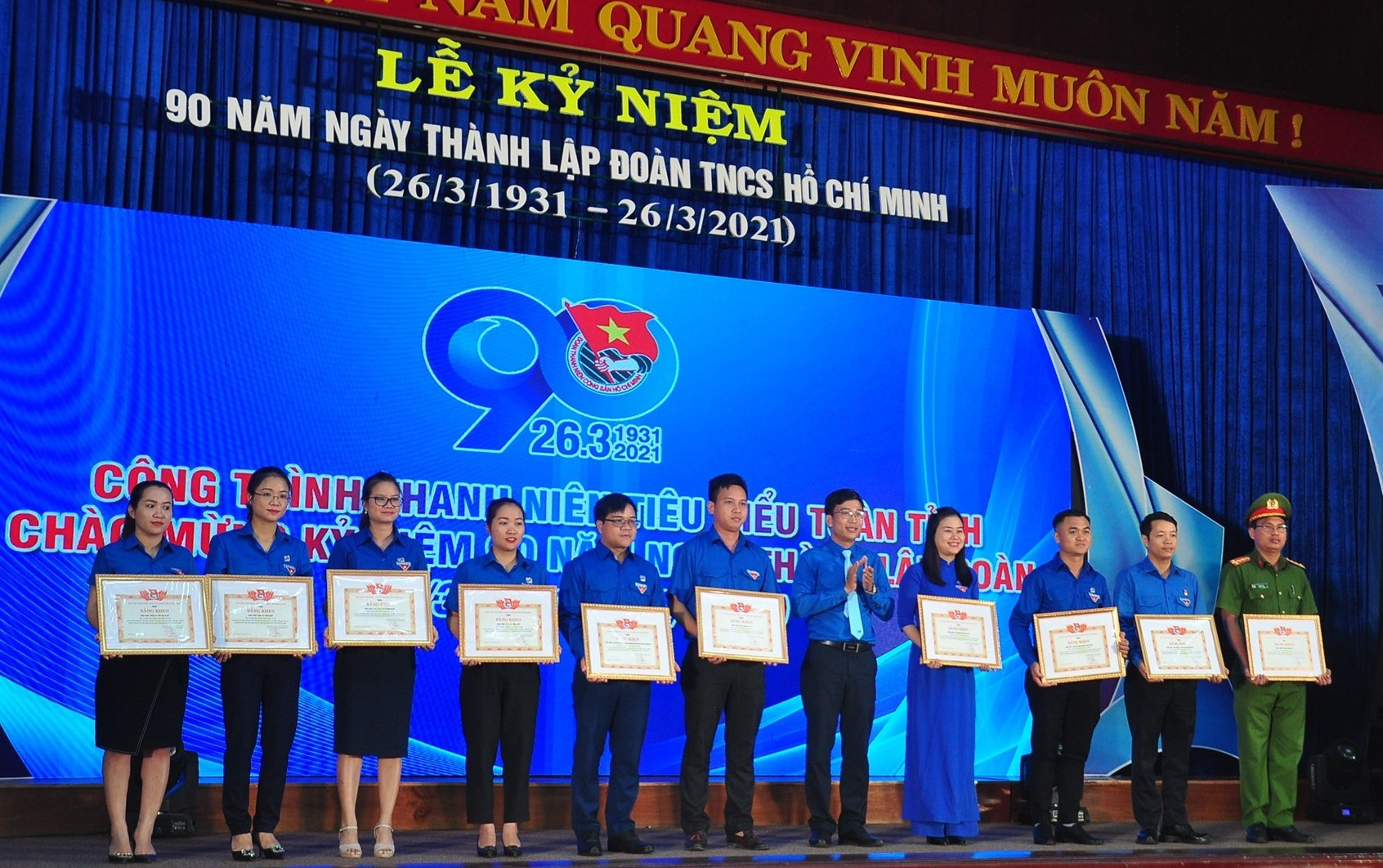 Tỉnh đoàn khen thưởng các đơn vị có công trình thanh niên tiêu biểu. Ảnh: VINH ANH