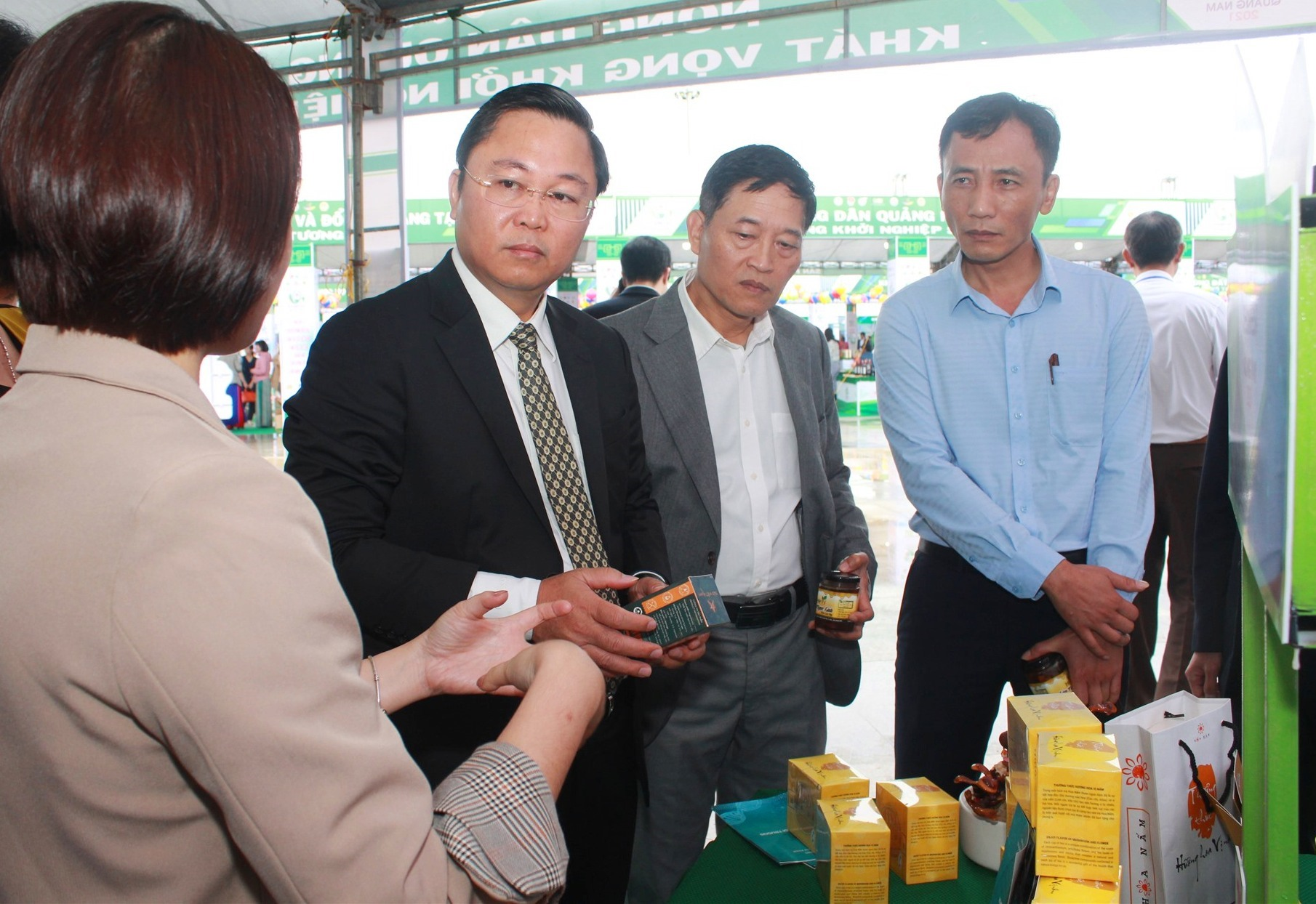 Thứ trưởng Bộ KH-CN Trần Văn Tùng cùng Chủ tịch UBND tỉnh Lê Trí Thanh thăm các gian hàng khởi nghiệp. Ảnh: C.V