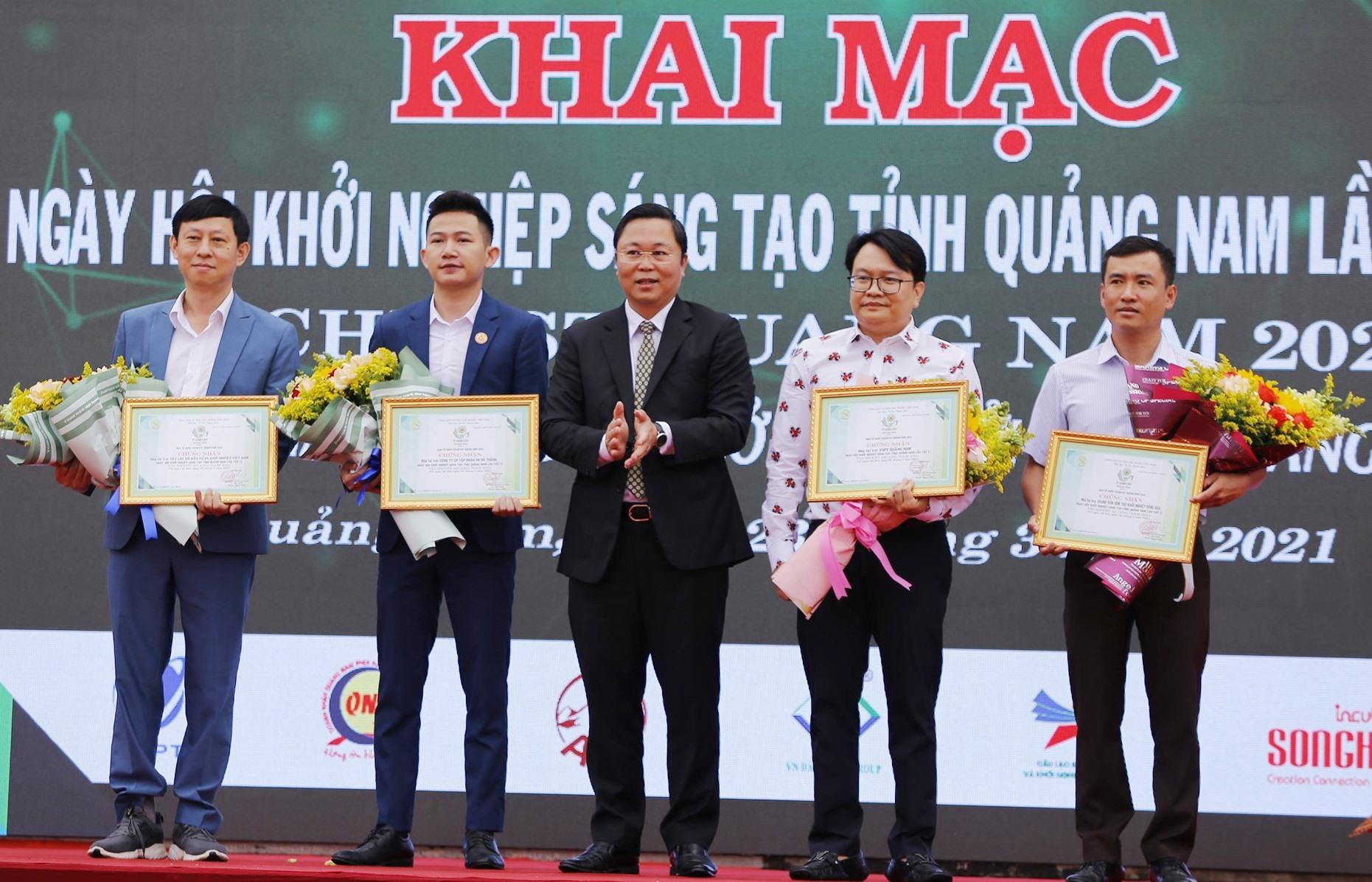 Tặng hoa cho các đơn vị đồng hành cùng TechFest Quảng Nam lần thứ 2. Ảnh: C.V