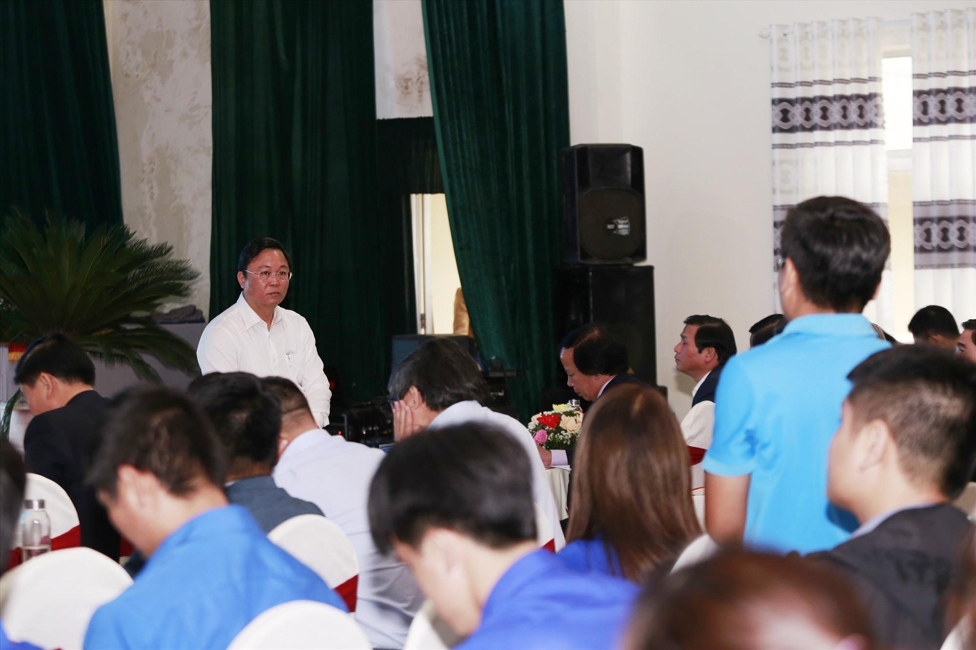 Chủ tịch UBND tỉnh Lê Trí Thanh lắng nghe, giải đáp ý kiến của thanh niên khởi nghiệp. Ảnh: C.V