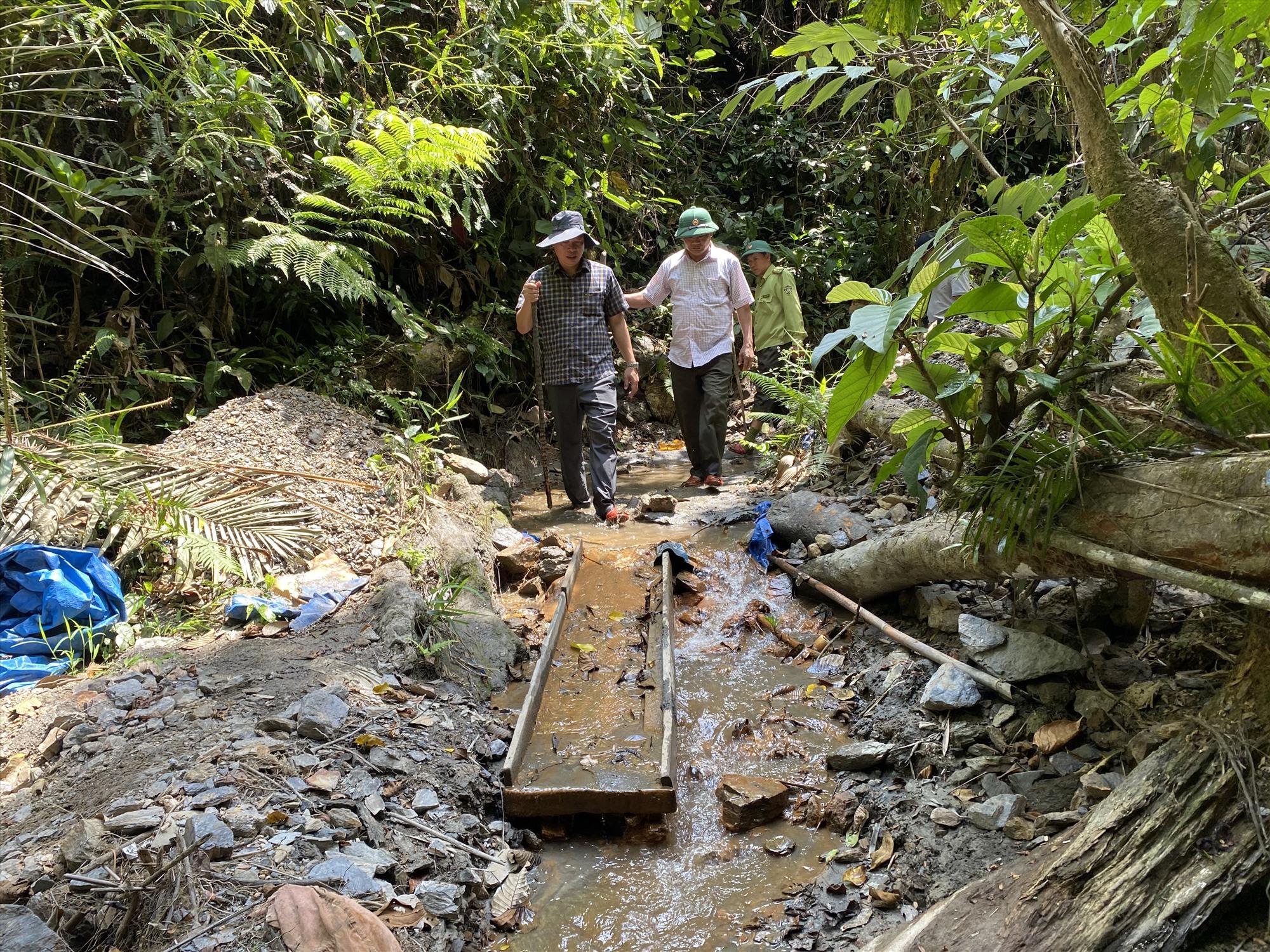 """Để truy quét """"vàng tặc"""" nằm sâu trong Vườn quốc gia Sông Thanh, lực lượng chức năng phải mật phục, băng cắt rừng hàng giờ đồng hồ."""