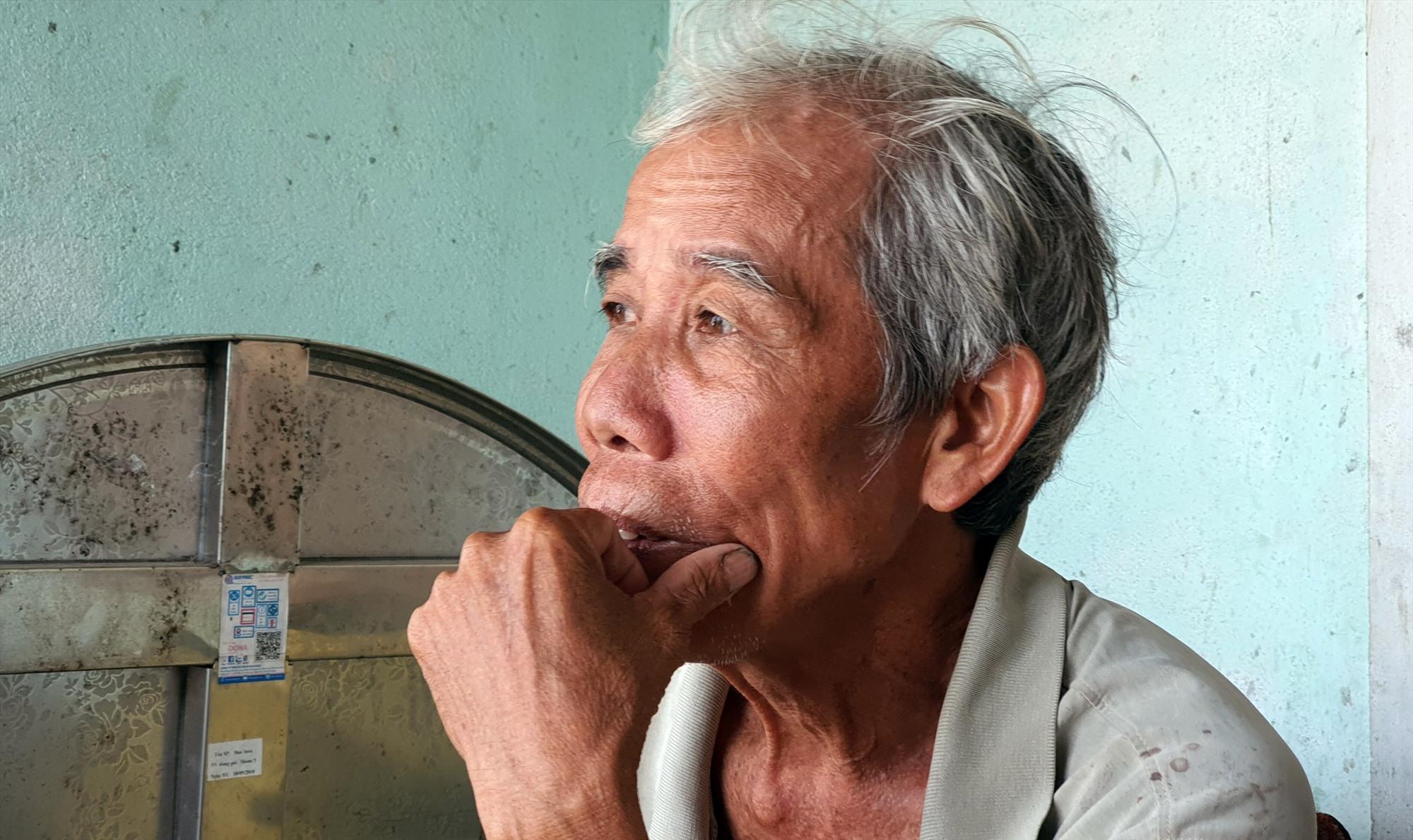 Ông Nguyễn Đình Hương, người dân xóm Gò Một còn mang nhiều ký ức trong chiến tranh của xóm nhỏ này. Ảnh: T.C