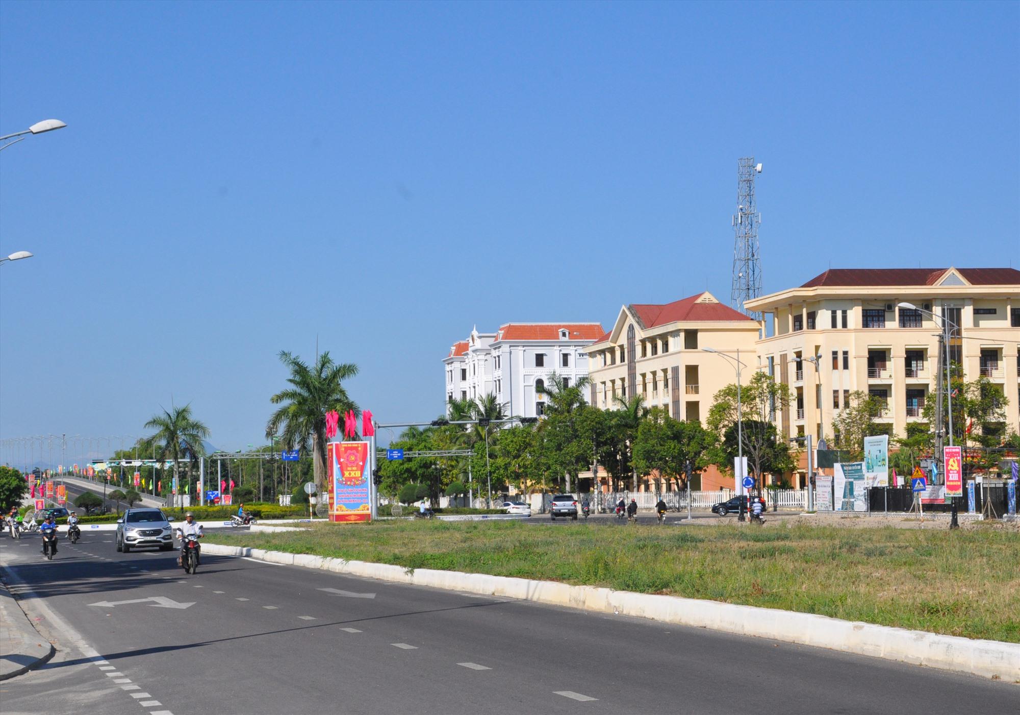 Tuyến đường Điện Biên Phủ với 2 cầu vượt nối từ đông sang tây tạo ra diện mạo khang trang cho đô thị Tam Kỳ. Ảnh: X.P