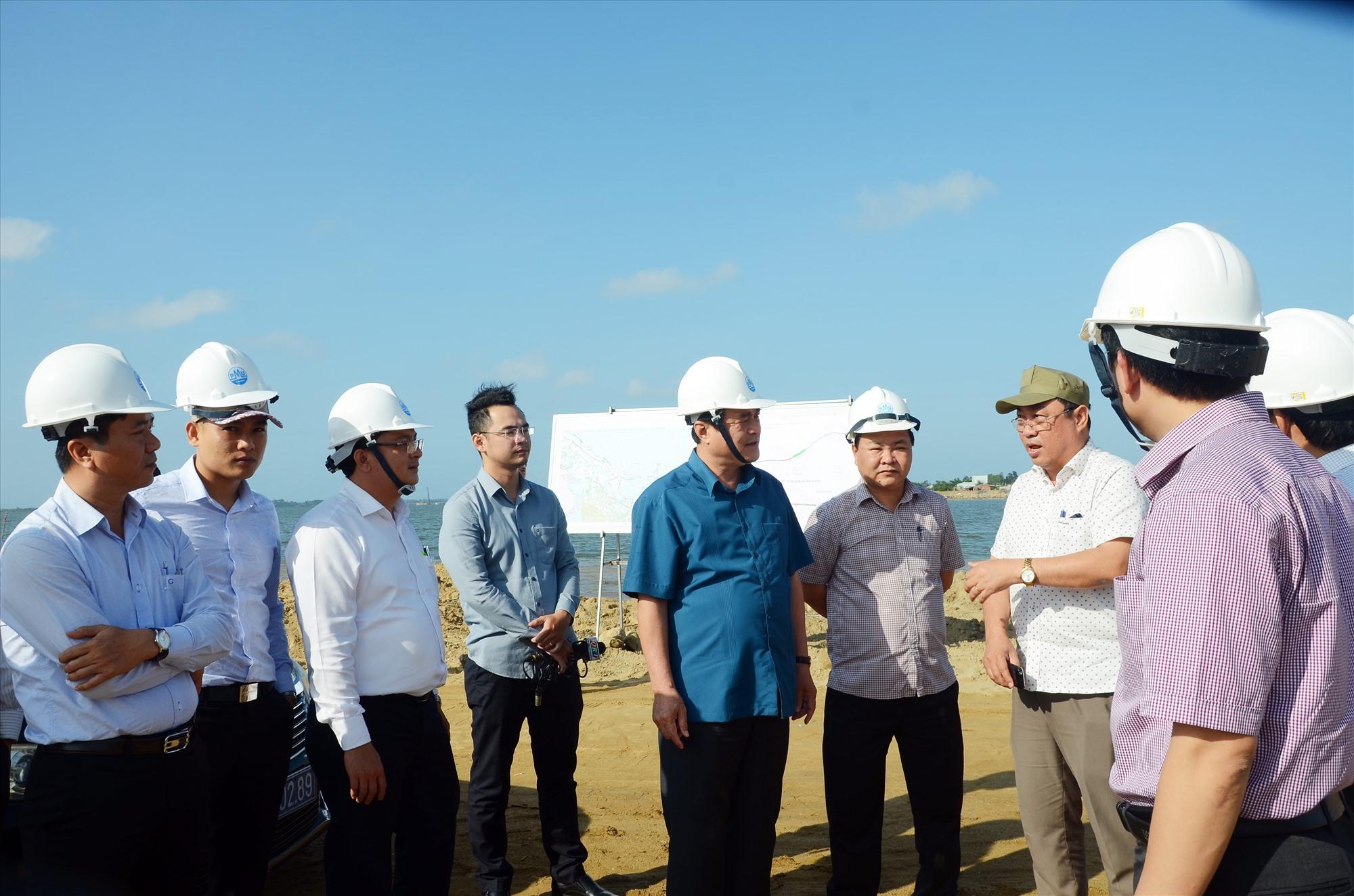 Bí thư Tỉnh ủy Phan Việt Cường kiểm tra tiến độ dự án đường Võ Chí Công qua huyện Núi Thành. Đây là một trong những dự án giao thông trọng điểm ở vùng đông của tỉnh. Ảnh: H.P