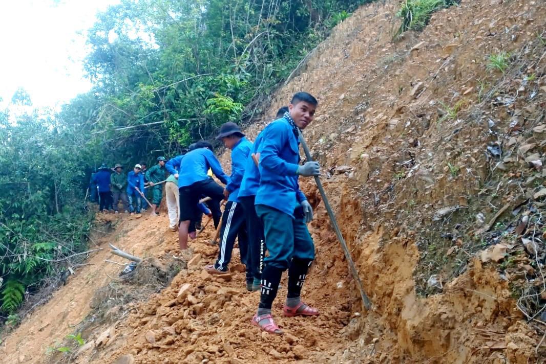 Thanh niên huyện Tây Giang mở đường mới về Aur. Ảnh: Đ.N