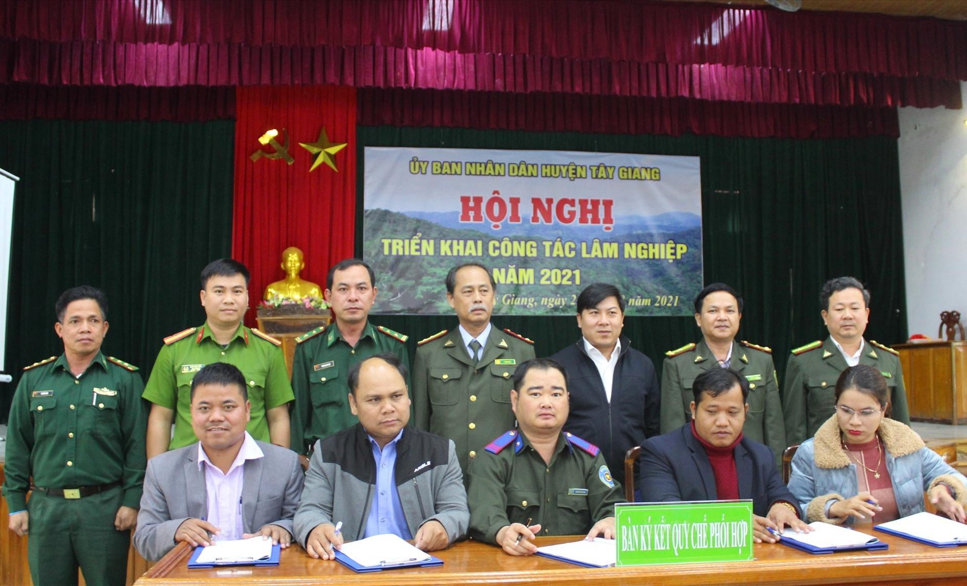 Lãnh đạo 10 xã cùng với ngành kiểm lâm huyện ký cam kết bảo vệ rừng