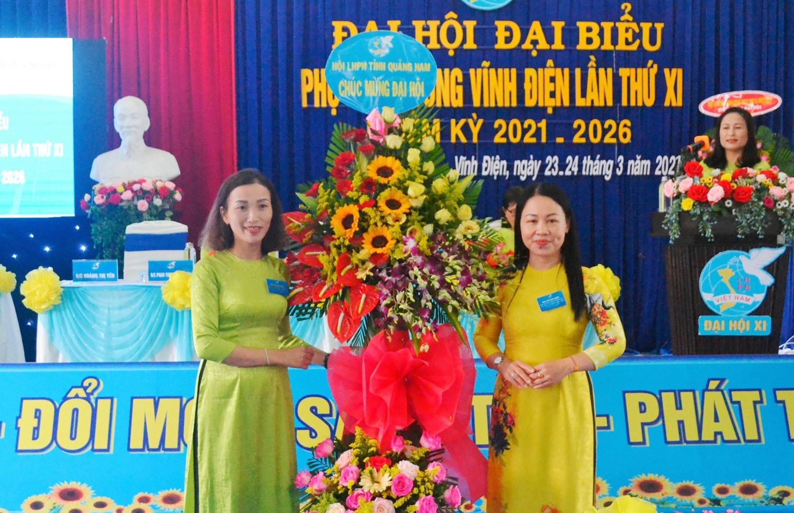 Phó Chủ tịch Thường trực Hội LHPN tỉnh Trần Thị Mỹ Phương (đứng bên phải) tặng hoa chúc mừng đại hội. Ảnh: CT