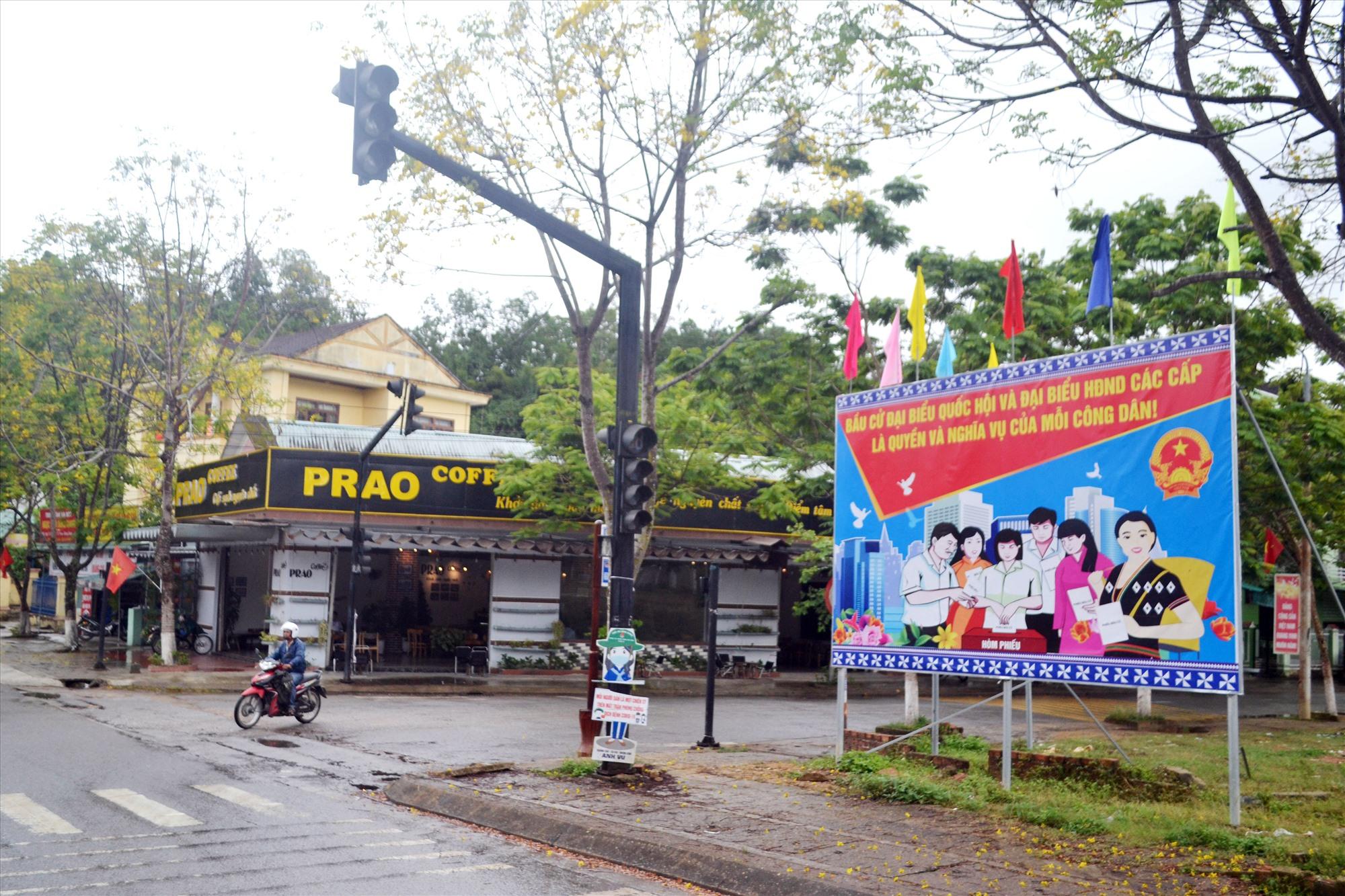 Cụm pa nô tuyên truyền về bầu cử được lắp dựng tại thị trấn Prao. Ảnh: K.K