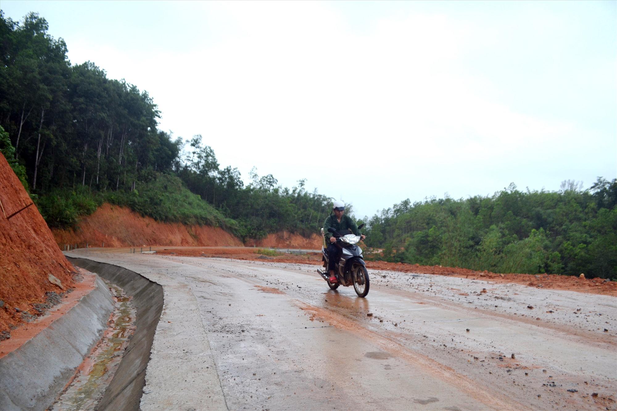 Dự án tuyến đường Prao-Tà Lu-Zà Hung thi công sắp hoàn thành. Ảnh: C.T