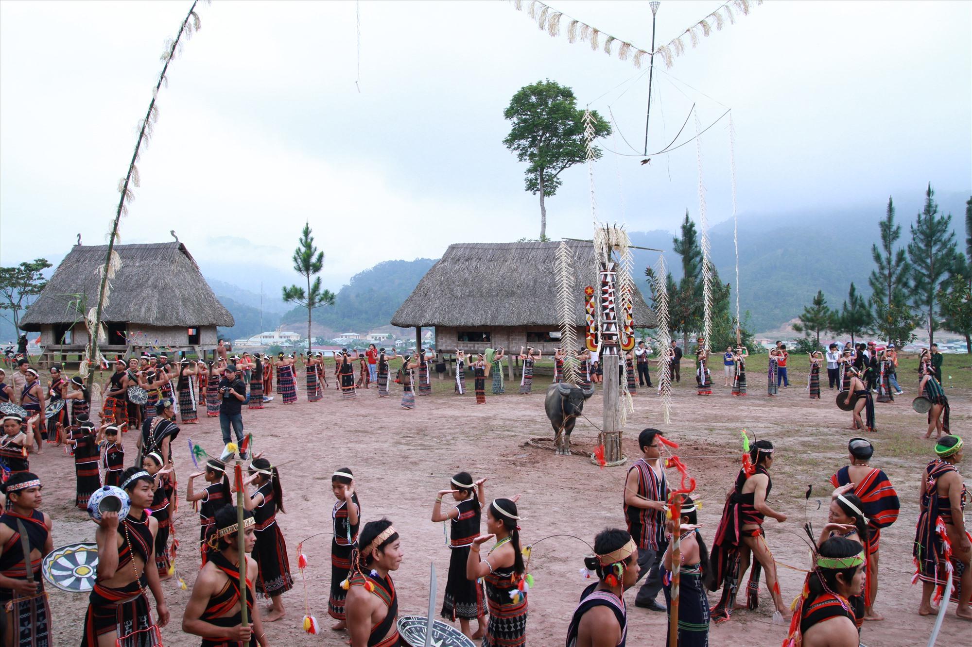 Giá trị bản địa đang là tiềm năng rất lớn cho khởi nghiệp du lịch trong thời điểm hiện tại. TRONG ẢNH: Lễ hội mừng lúa mới của đồng bào Cơ Tu ở huyện Tây Giang. Ảnh: CÔNG ANH