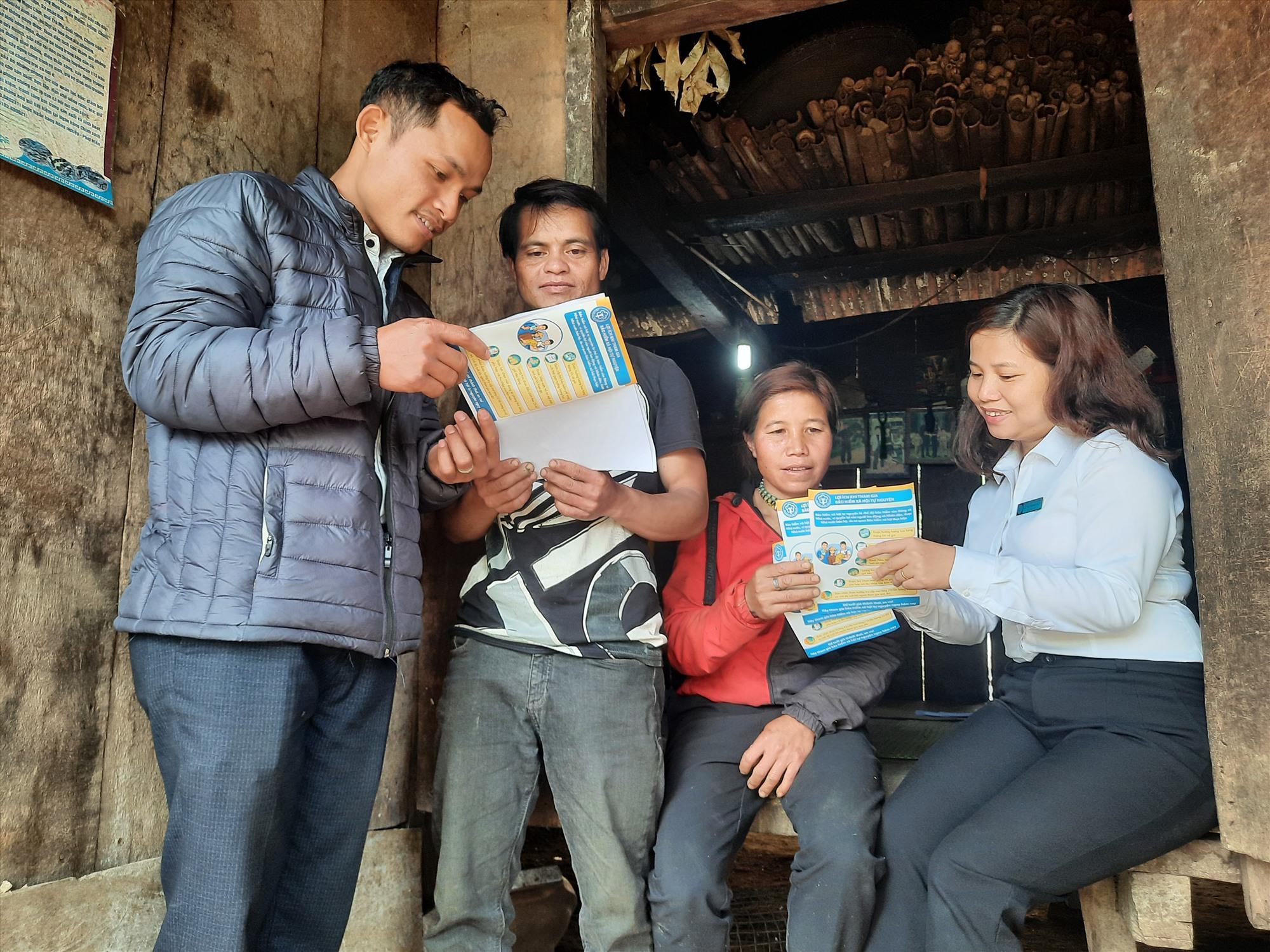 Hiểu rõ được ý nghĩa của BHXH tự nguyện, ông Hồ Văn Do (thứ 2 từ trái sang, thôn 2, xã Trà Linh, Nam Trà My) đã quyết định tham gia đóng BHXH tự nguyện cho vợ chồng ông.