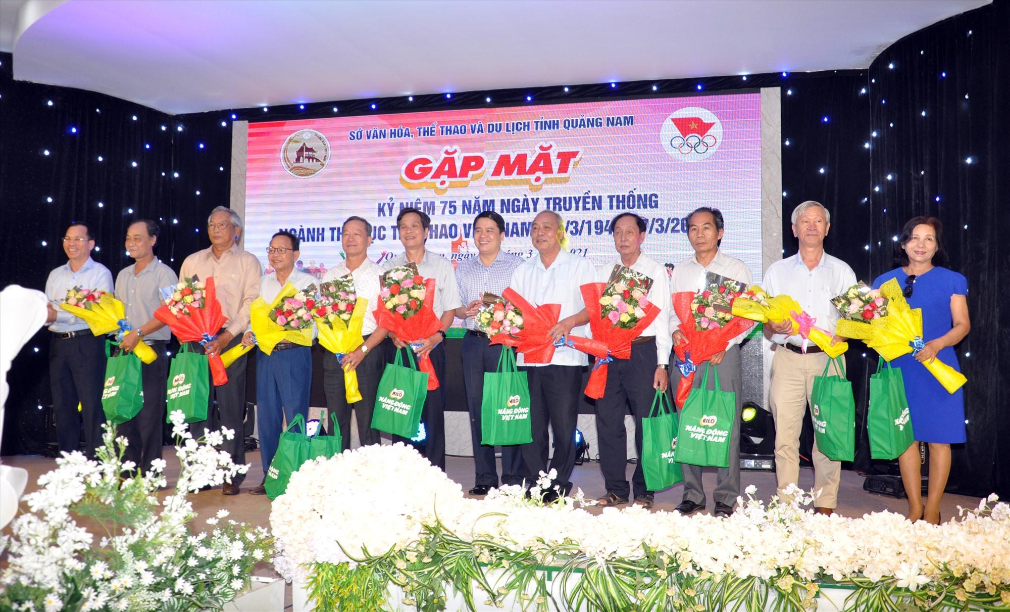 Tặng quà kỷ niệm lãnh đạo ngành TD-TT qua các thời kỳ tại buổi gặp mặt kỷ niệm 75 năm ngày Thể thao Việt Nam. Ảnh: A.SẮC