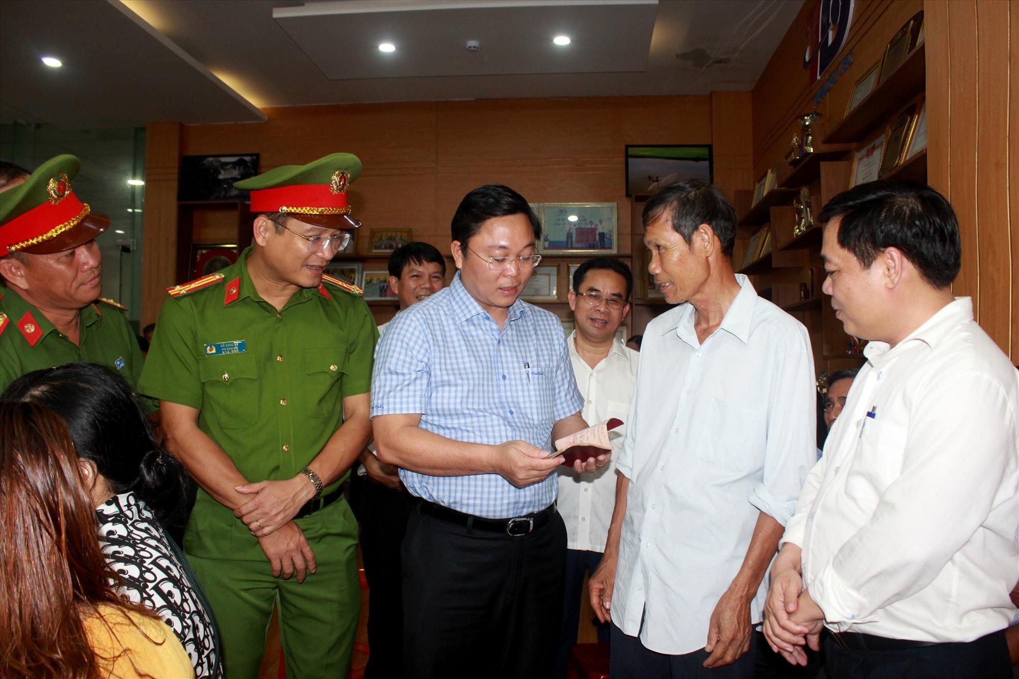 Chủ tịch UBND tỉnh Lê Trí Thanh nói chuyện với công dân đến làm thủ tục cấp căn cước công dân. Ảnh: T.C