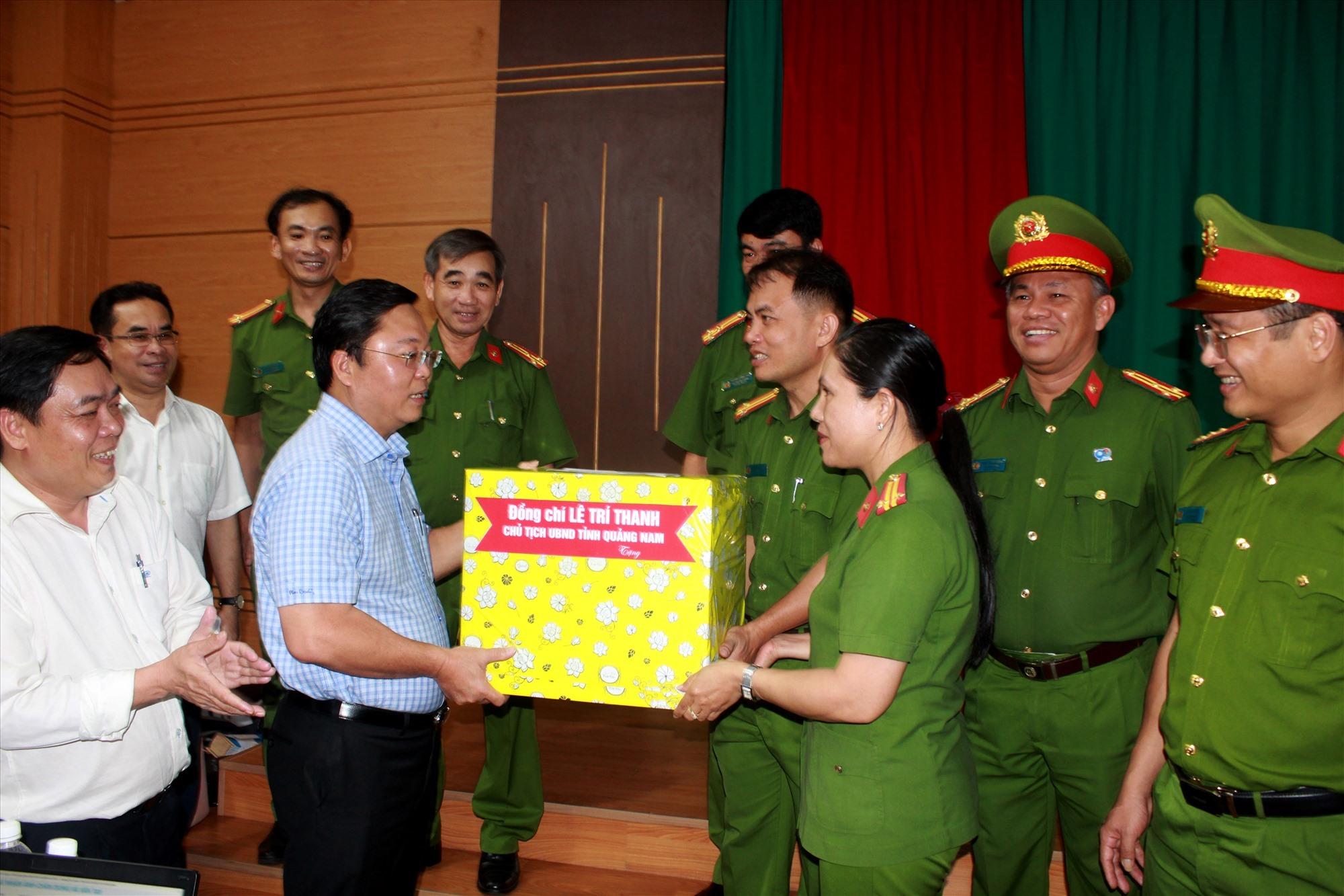 Tặng quà cho tổ công tác làm nhiệm vụ cấp căn cước công dân tại công ty may Tuấn Đạt. Ảnh: T.C
