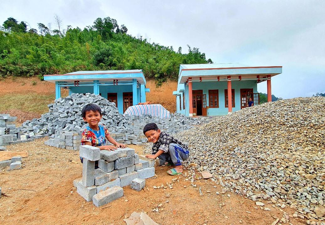 Lũ trẻ con chơi đùa ngay trước hai lớp học mầm non và tiểu học tại thôn Z'lao. Ảnh: T.C